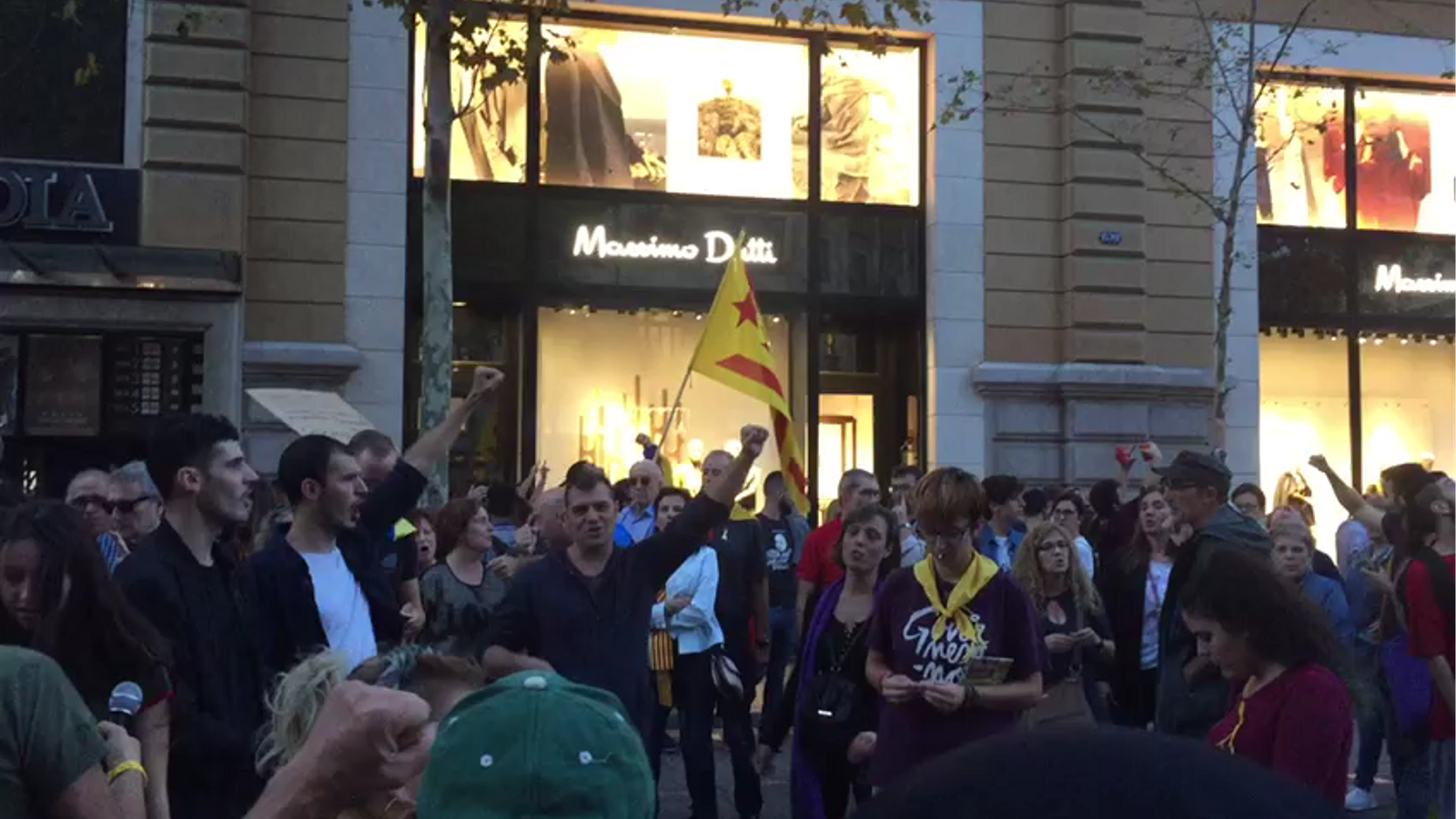 Manifestants canten 'L'estaca' a la manifestació per demanar llibertat per Sànchez i Cuixart.