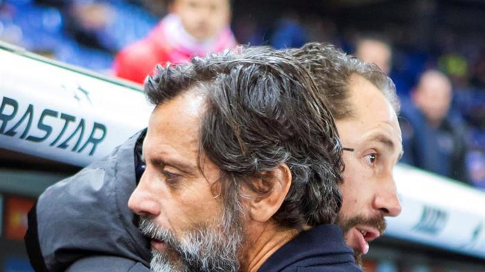Quique Sánchez Flores s'abraça amb Pablo Machín abans del partit