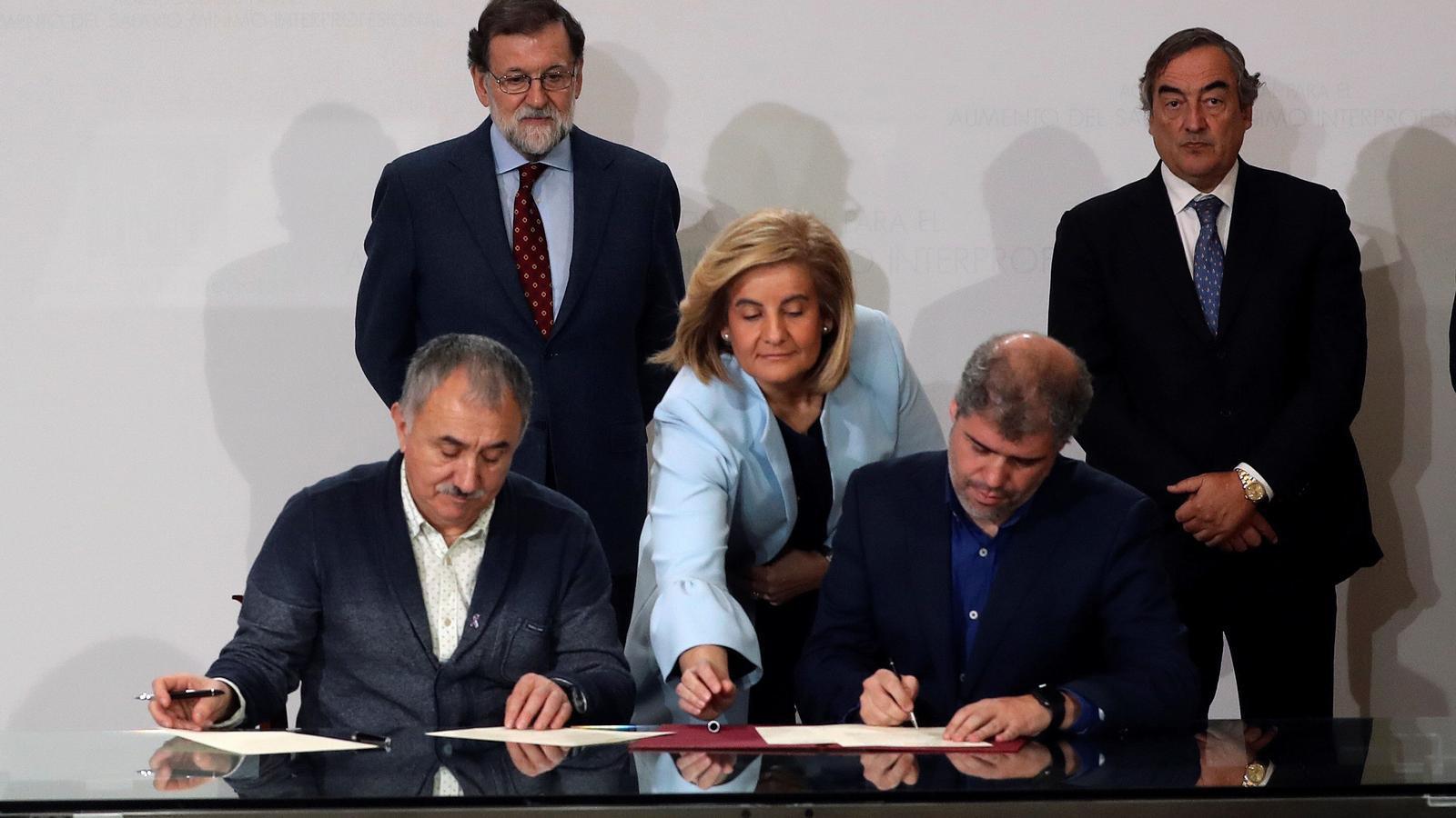 El govern espanyol, la patronal i els sindicats han signat l'acord per l'augment condicionat del salari mínim fins el 2020