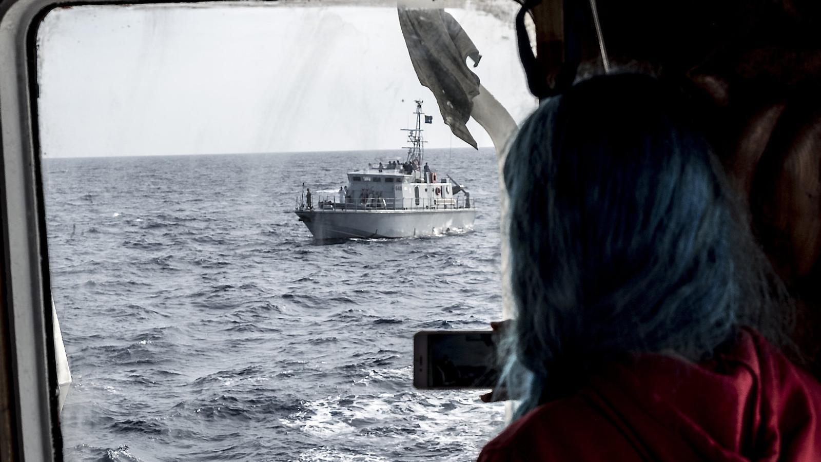 La patrullera líbia 648 vista des del pont de comandament de l'Open Arms, al març.