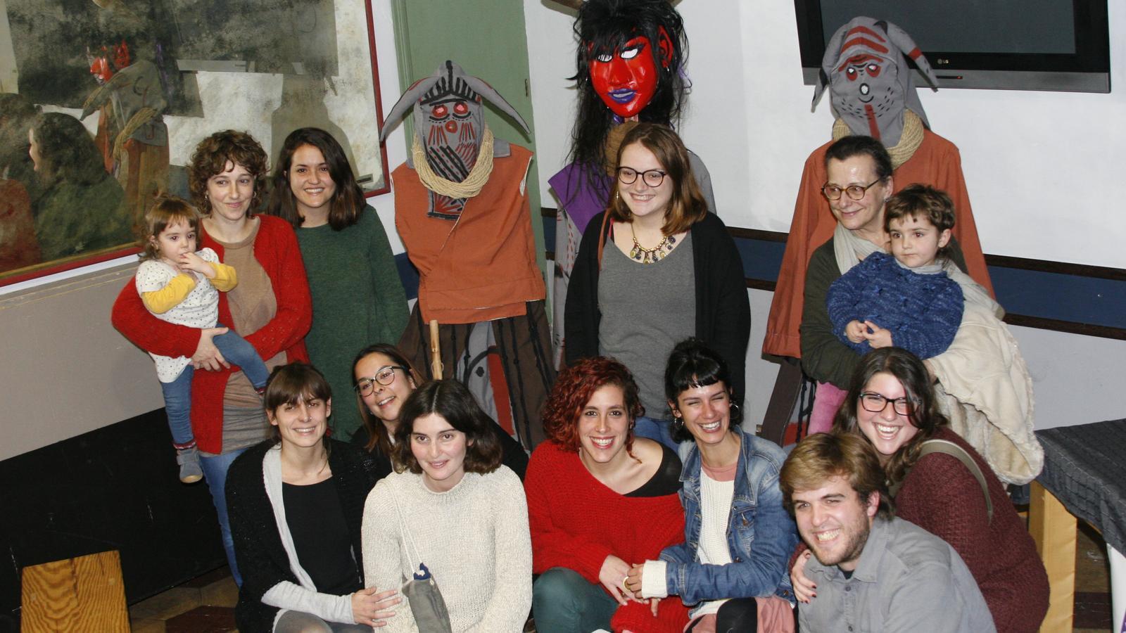 Els vestits de les dimònies de Sant Antoni, rere un grup de l'Assemblea Antipatriarcal.