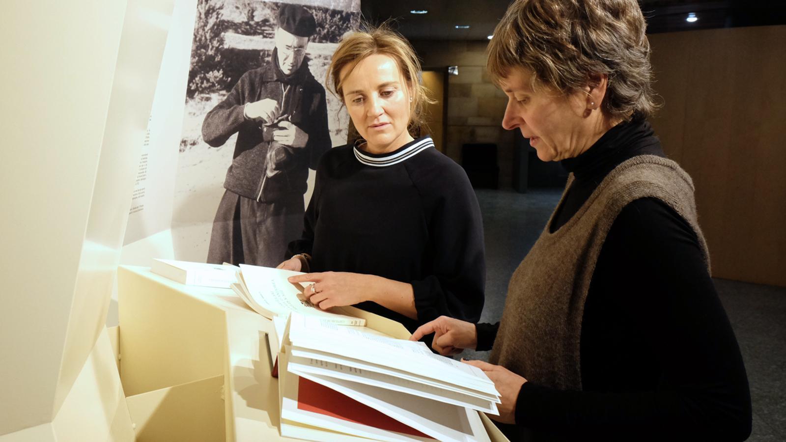 Olga Gelabert i Susanna Vela consultant la documentació de Cebrià Baraut / M. T. (ANA)