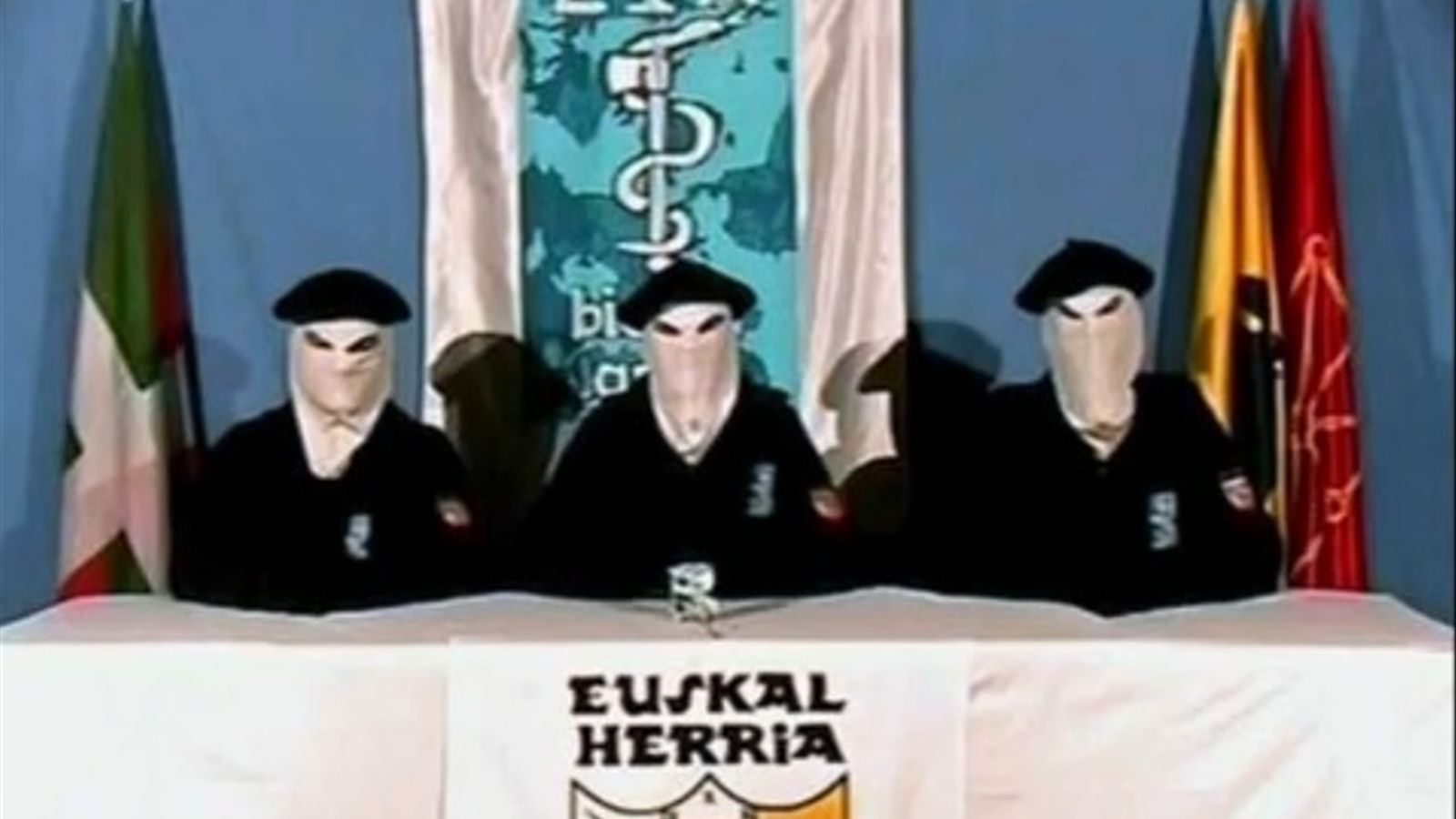 Una imatge d'arxiu de tres encaputxats d'ETA llegint un comunicat de treva.
