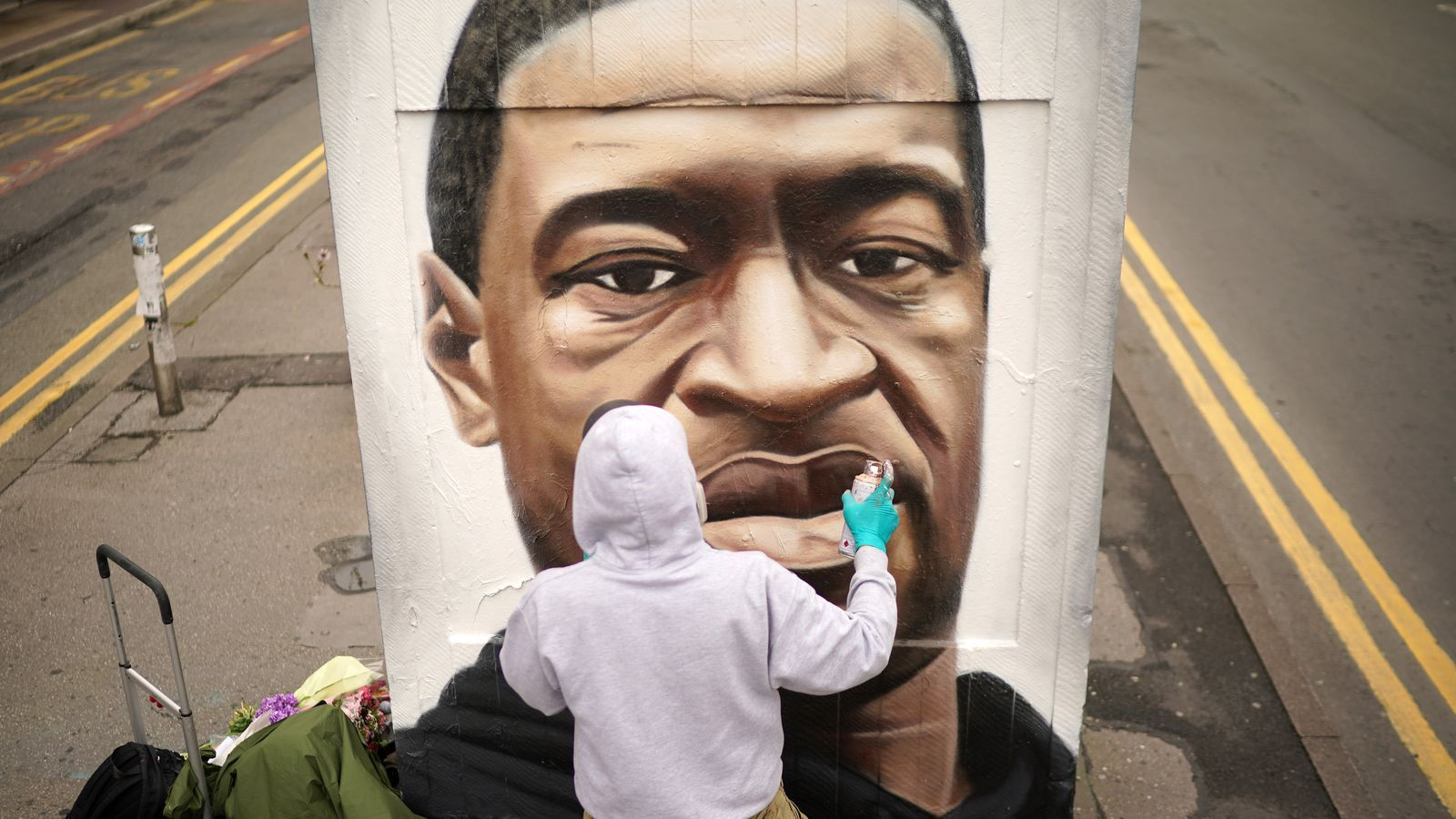 El grafiter Akse Spray pinta un mural de George Floyd a Manchester