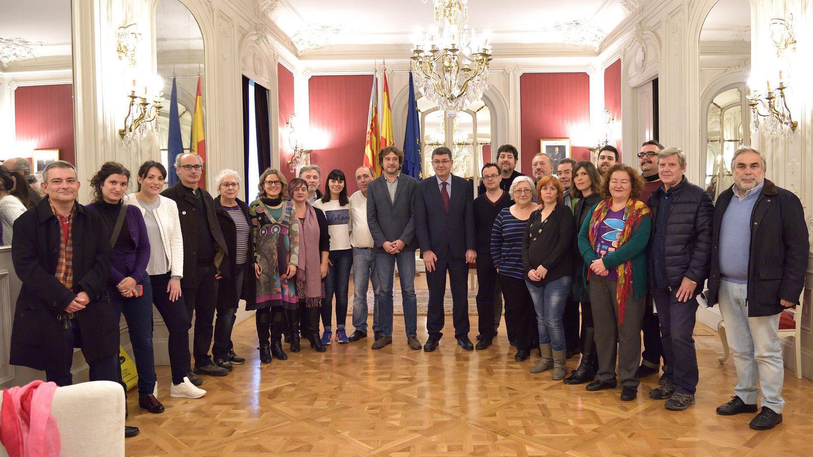 El president de les Corts Valencianes, Enric Morera, i el director general de Política Lingüística, Rubén Trenzano, han rebut la Plataforma pels drets lingüístics del País Valencià.