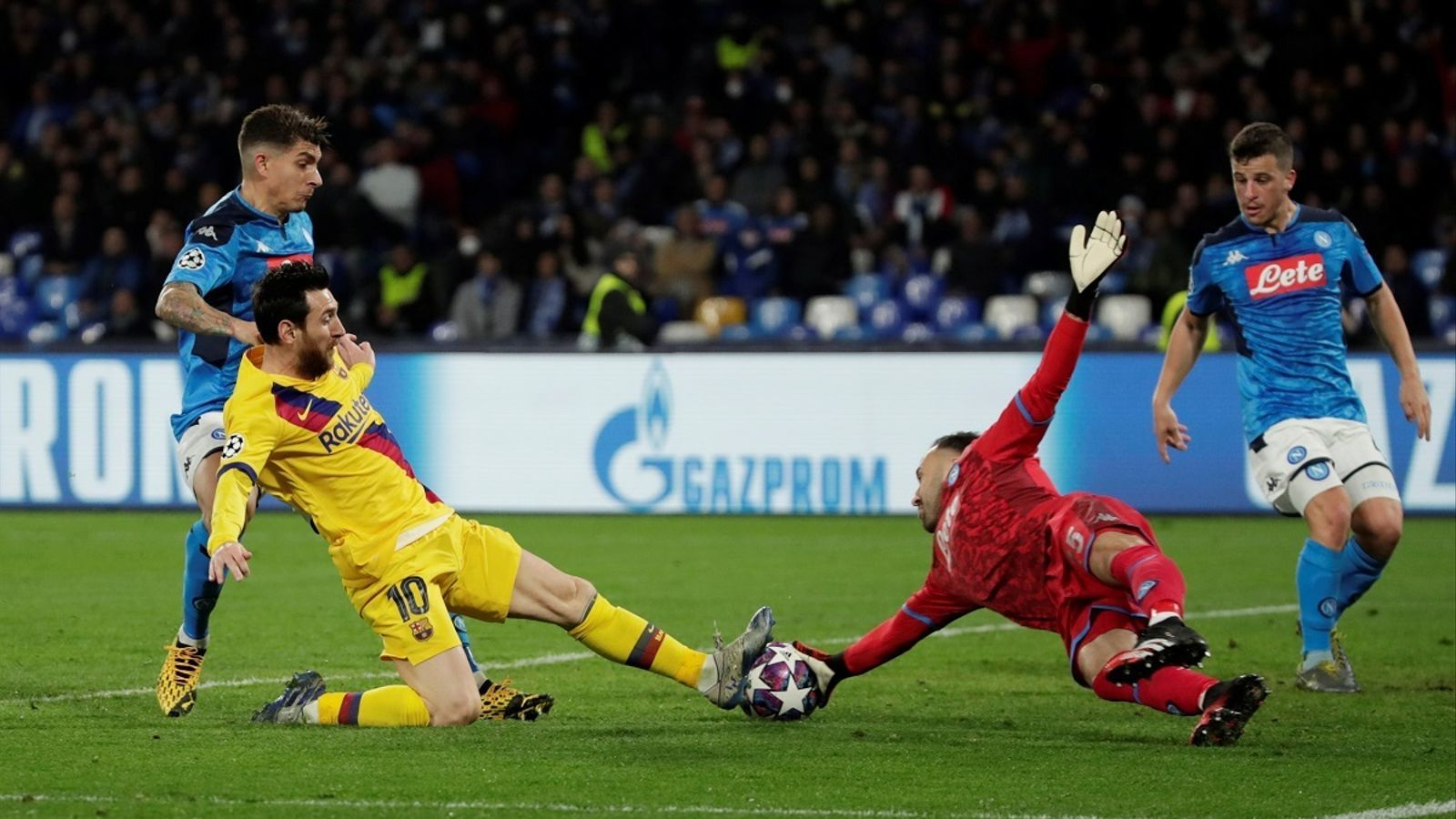 Leo Messi, intentant una remata davant del porter Ospina