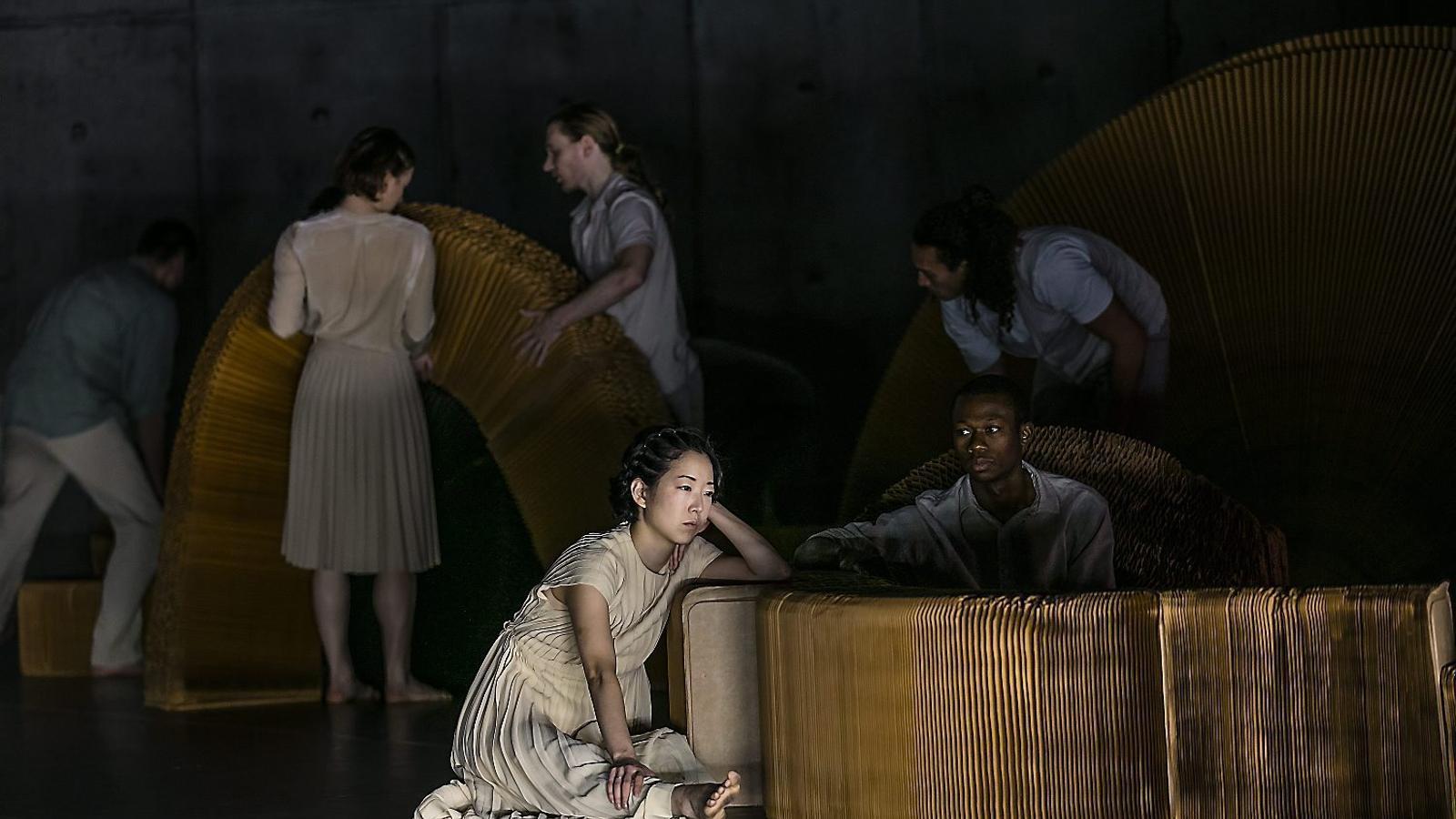 L'únic element escenogràfic de Mongrel són uns grans acordions de paper.
