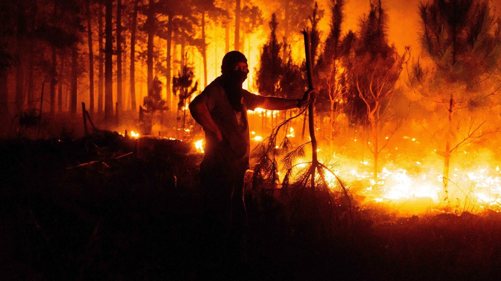 Un bomber en una de les zones afectades pels incendis ahir a la matinada