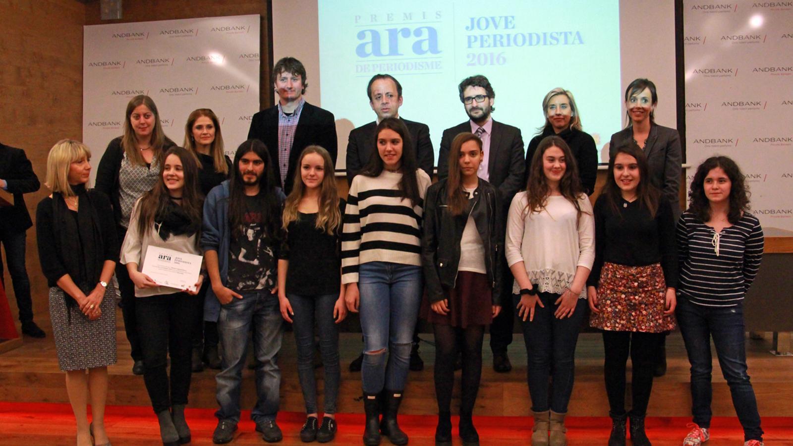 Fotografia amb els participants i el jurat del Premi Jove Periodista 2016 / M.B.