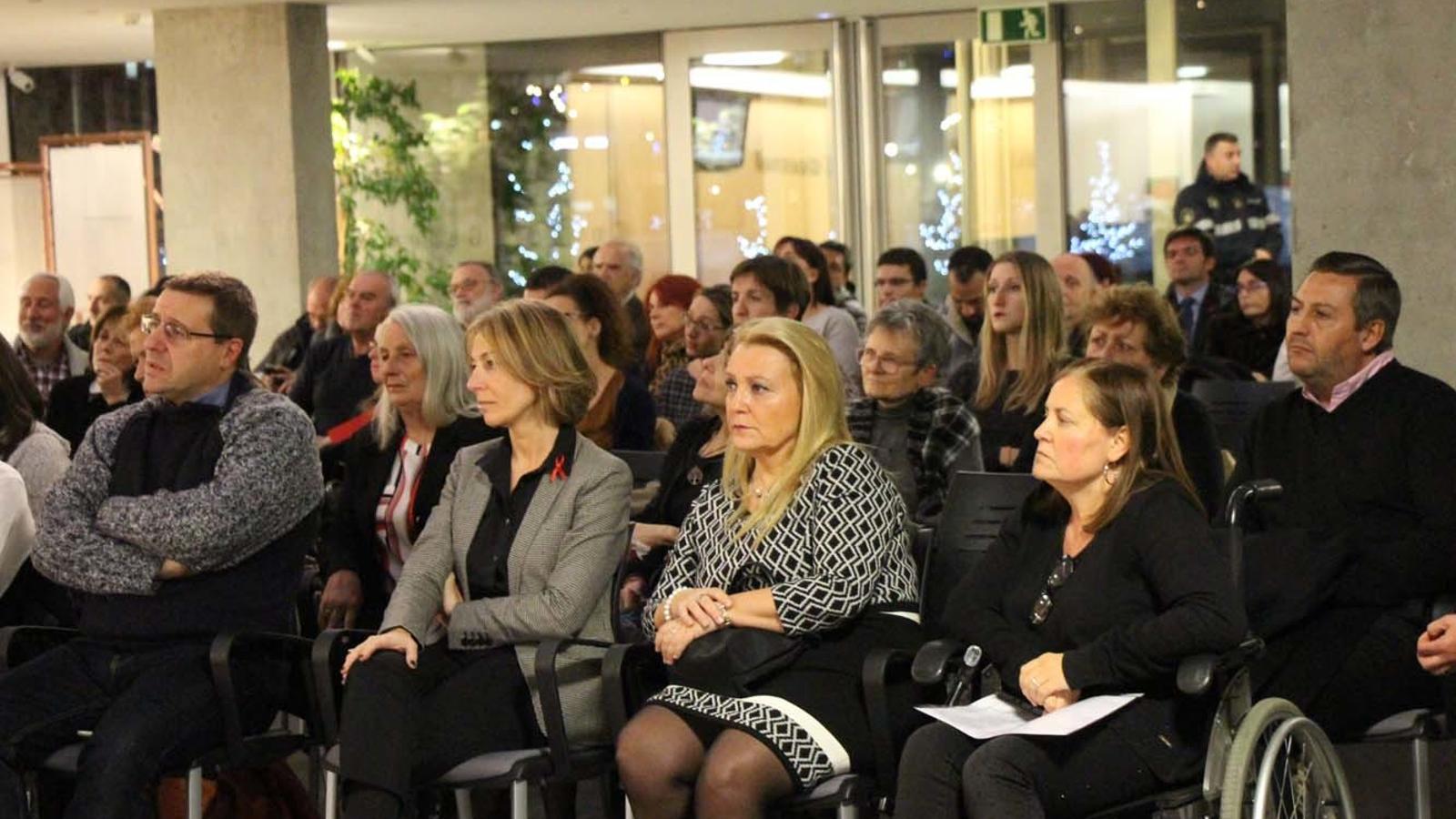 La presidenta de la FAAD, Agustina Grandvallet (primera per la dreta) durant l'acte / M.F. (ANA)