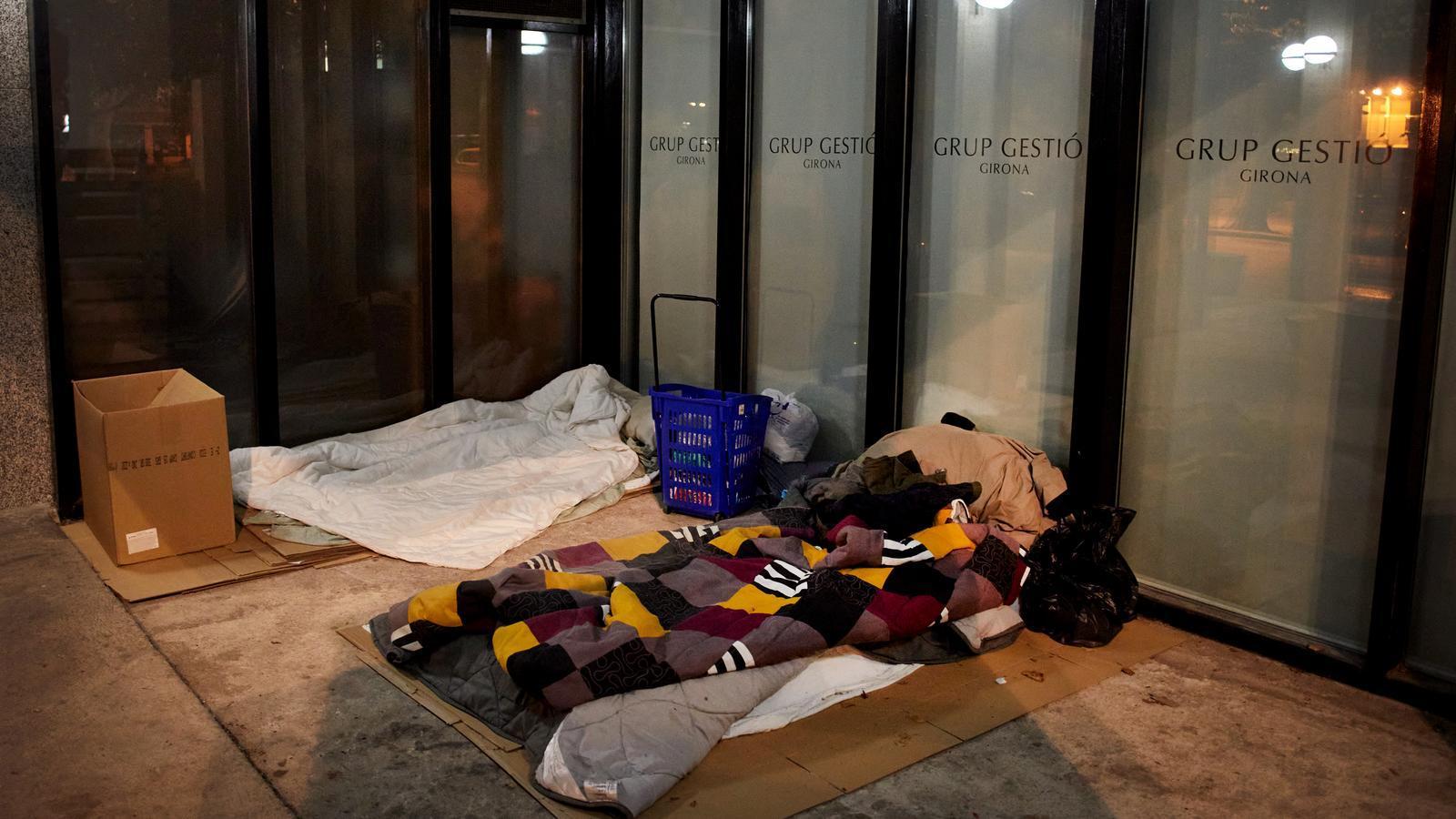El portal de l'edifici de la plaça del Lleó de Girona on dormen el Mohamed i l'Osman