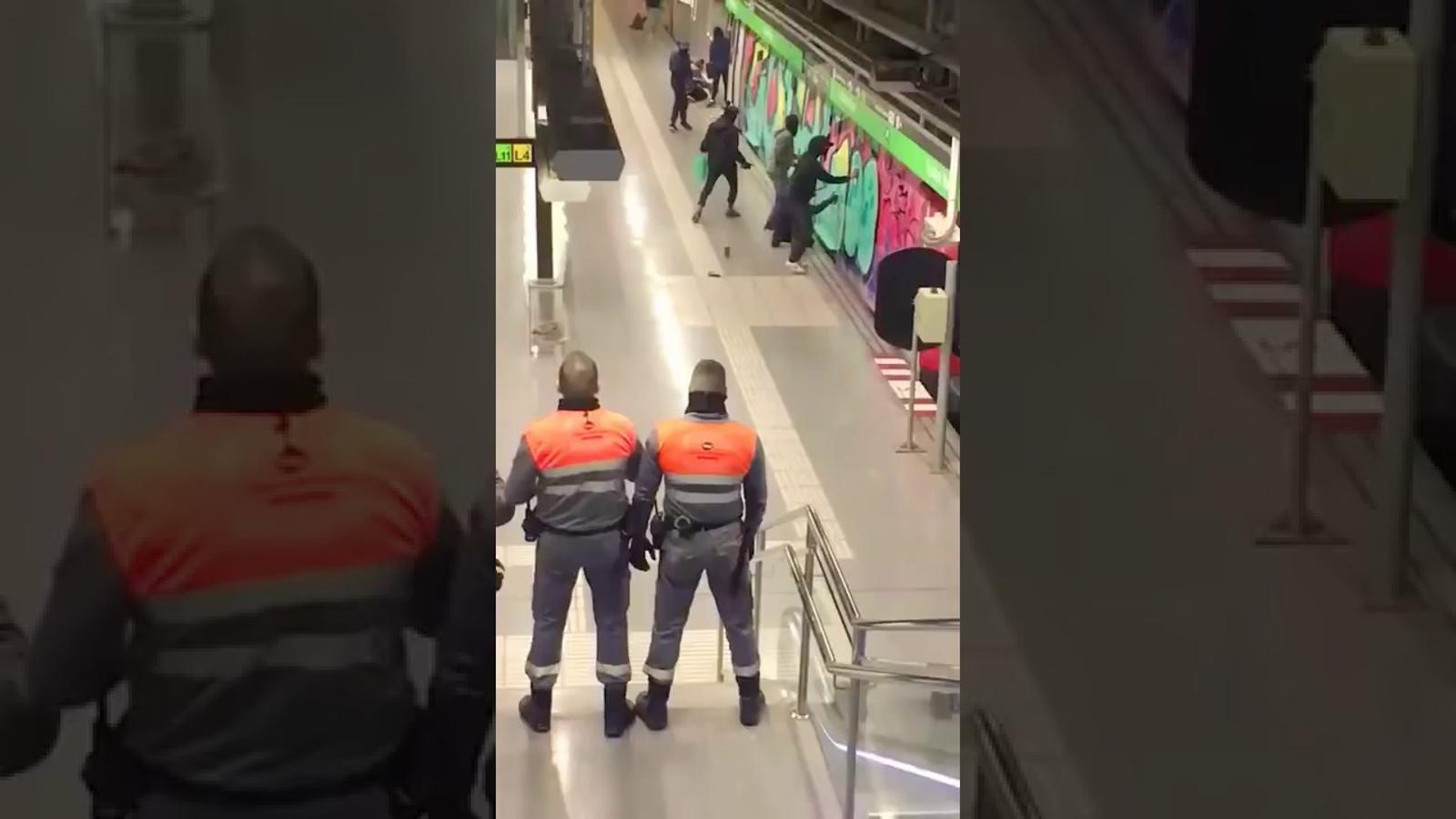 Grafiters al metro de Barcelona