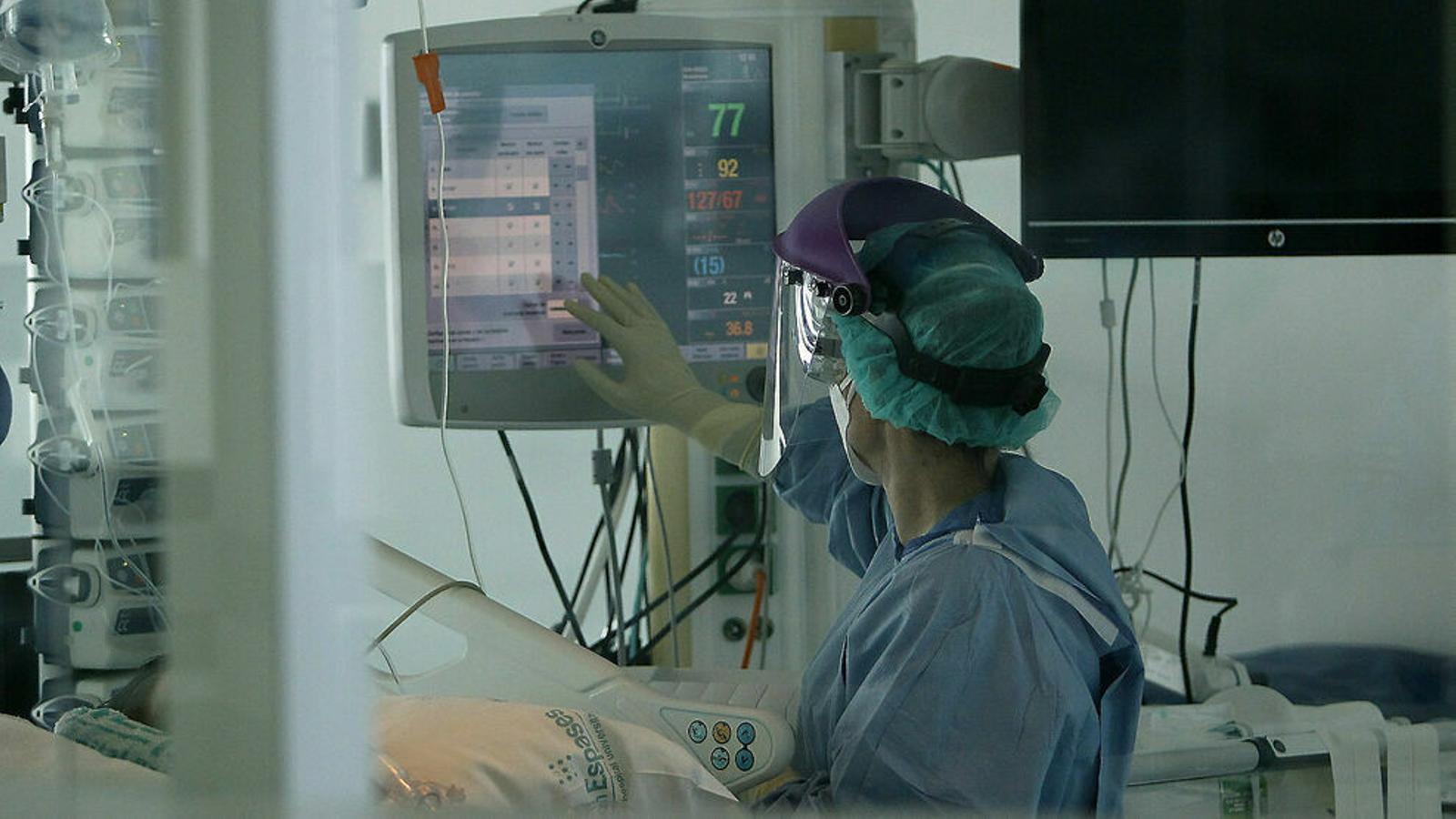 Imatge d'un professional sanitari a la planta de contagiats per coronavirus de Son Espases