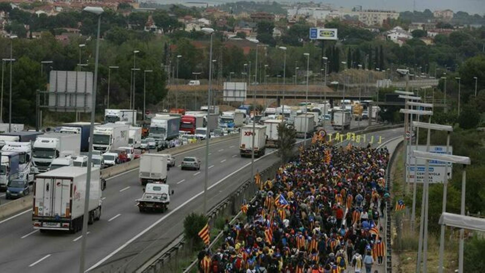 Nombroses carreteres tallades per la vaga general