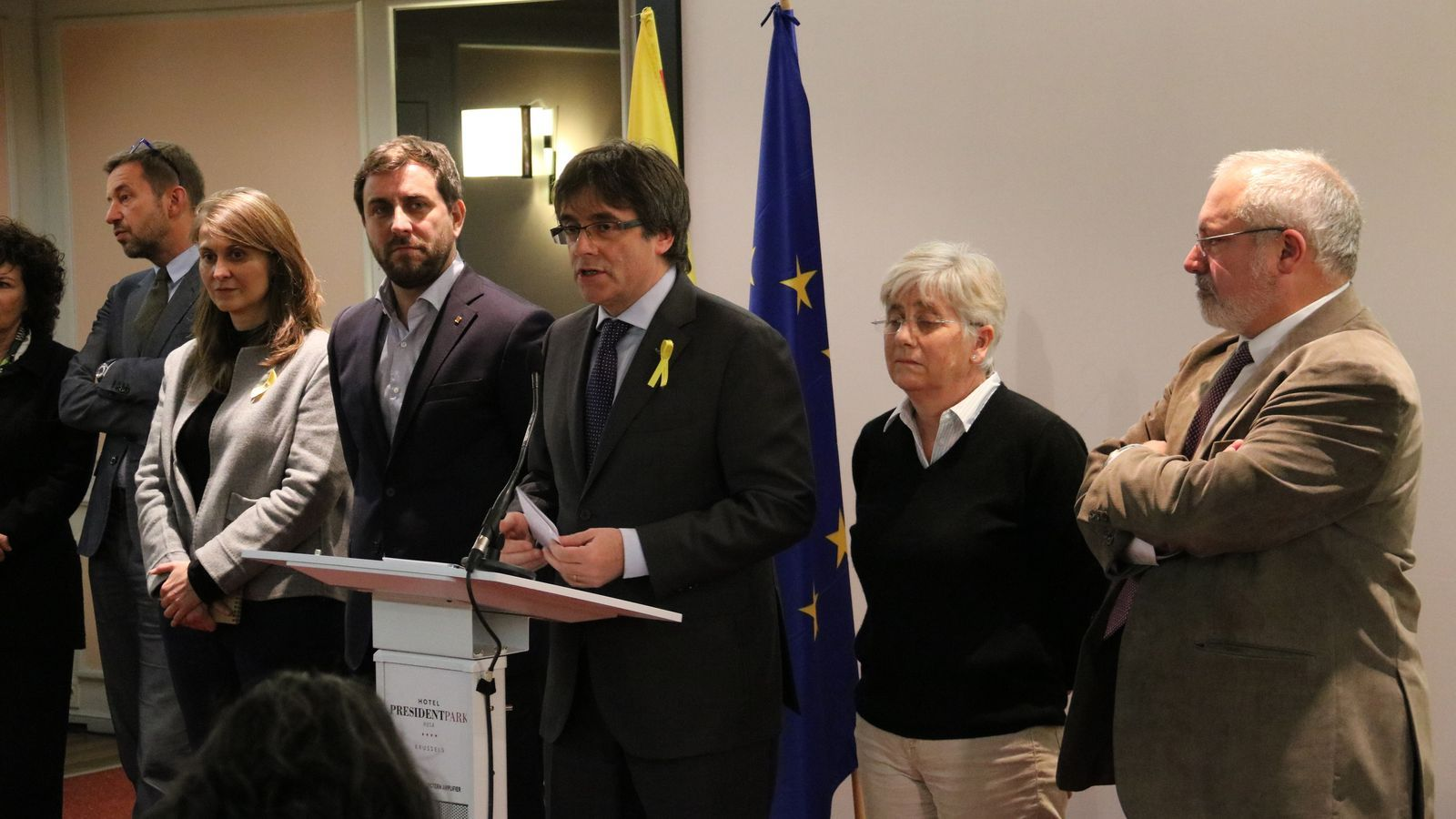 El president Carles Puigdemont i els consellers destituïts Toni Comín, Clara Ponsatí, Lluís Puig i Meritxell Serret, a la roda de premsa a Brussel·les, avui