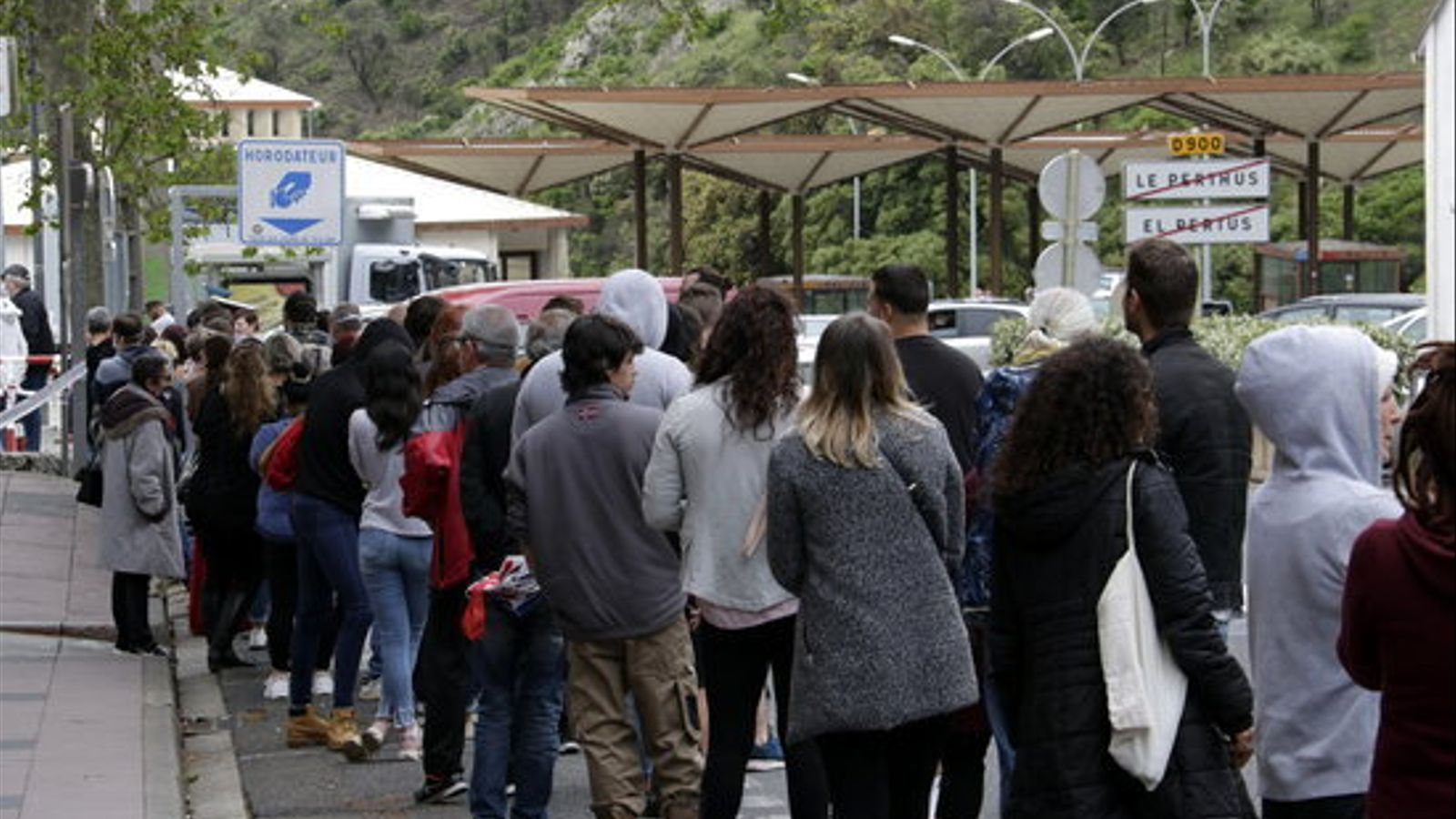 Cues de francesos al Pertús per comprar tabac i alcohol