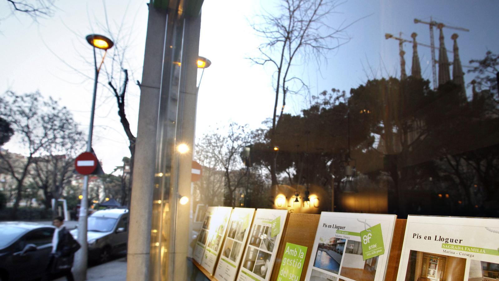 EL PREU DELS LLOGUERS, TAMBÉ A LA BAIXA  Tot i que la demanda de pisos de lloguer també ha pujat, a causa de la sequera del crèdit, els experts preveuen que el preu dels arrendaments també continuï baixant el 2013 perquè hi haurà un augment de la demanda. Molts dels propietaris de pisos buits optaran per llogar-los, davant les males perspectives del mercat de compravenda.