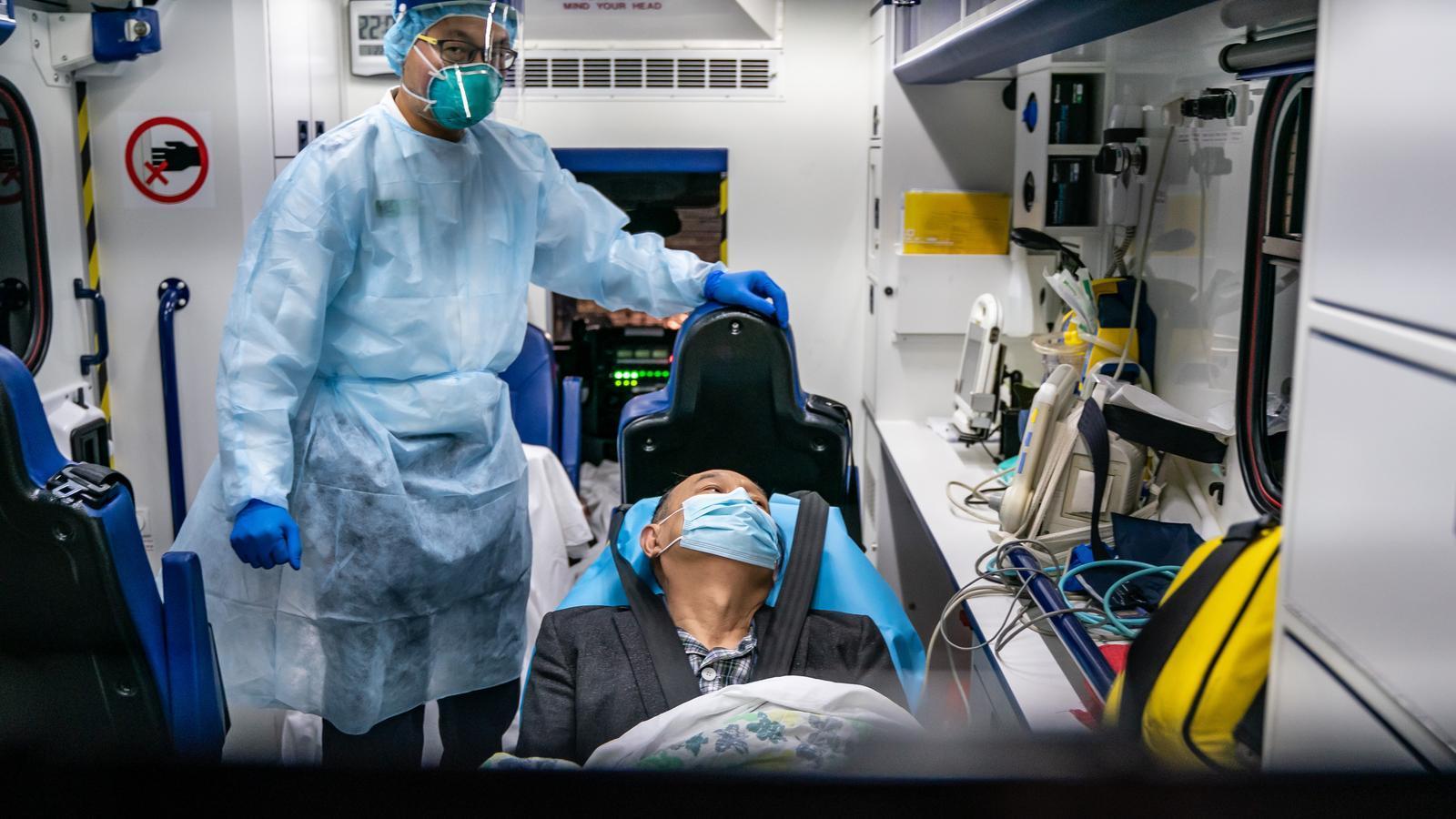 Un pacient és traslladat per una ambulància al Centre de Malalties Infeccioses de l'Hospital Princess Margaret a Hong Kong, Xina