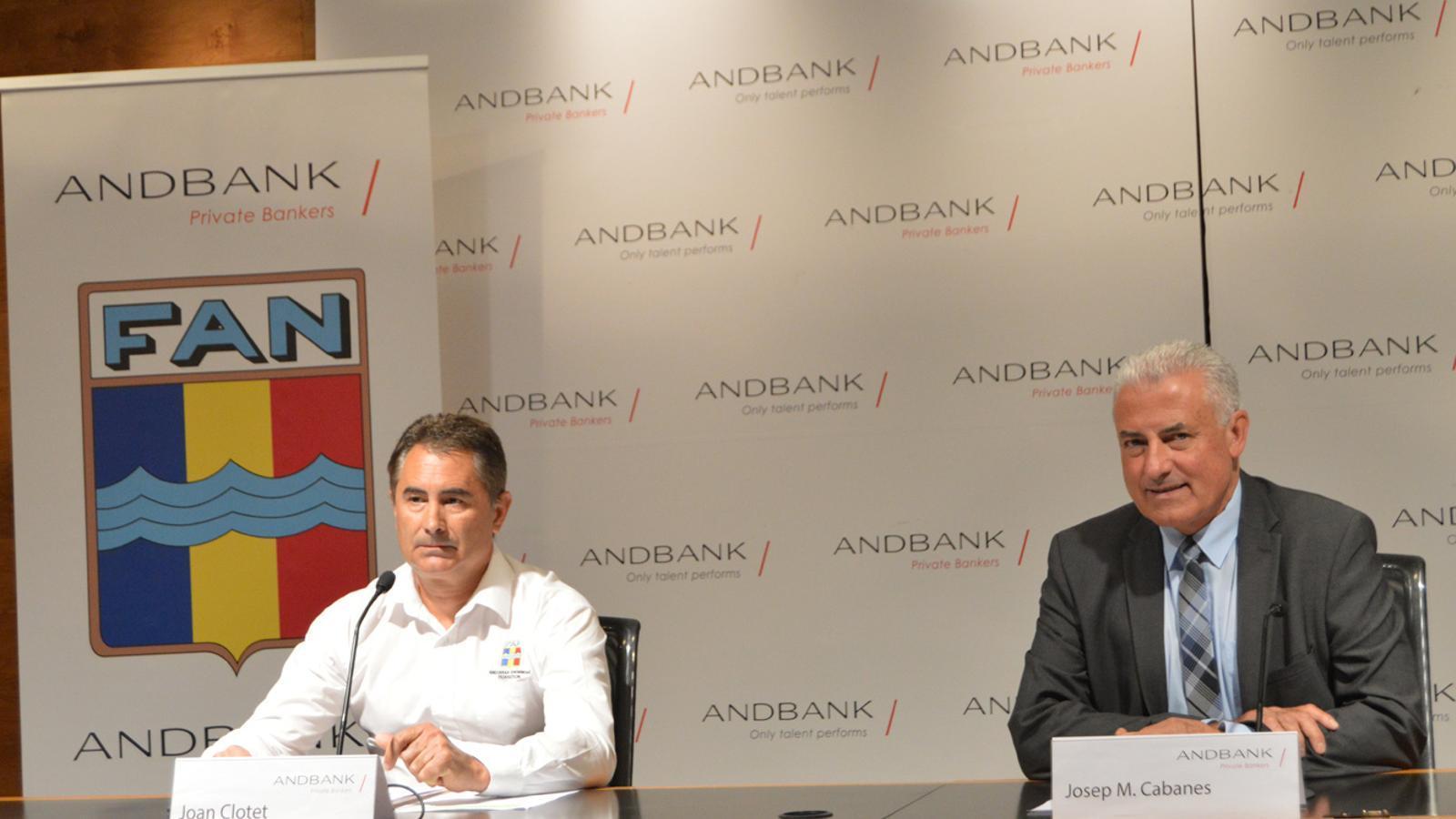 El nou president de la Federació Andorrana de Natació (FAN), Joan Clotet, i el sotsdirector general banca país d'Andbank, Josep Maria Cabanes, durant la roda de premsa