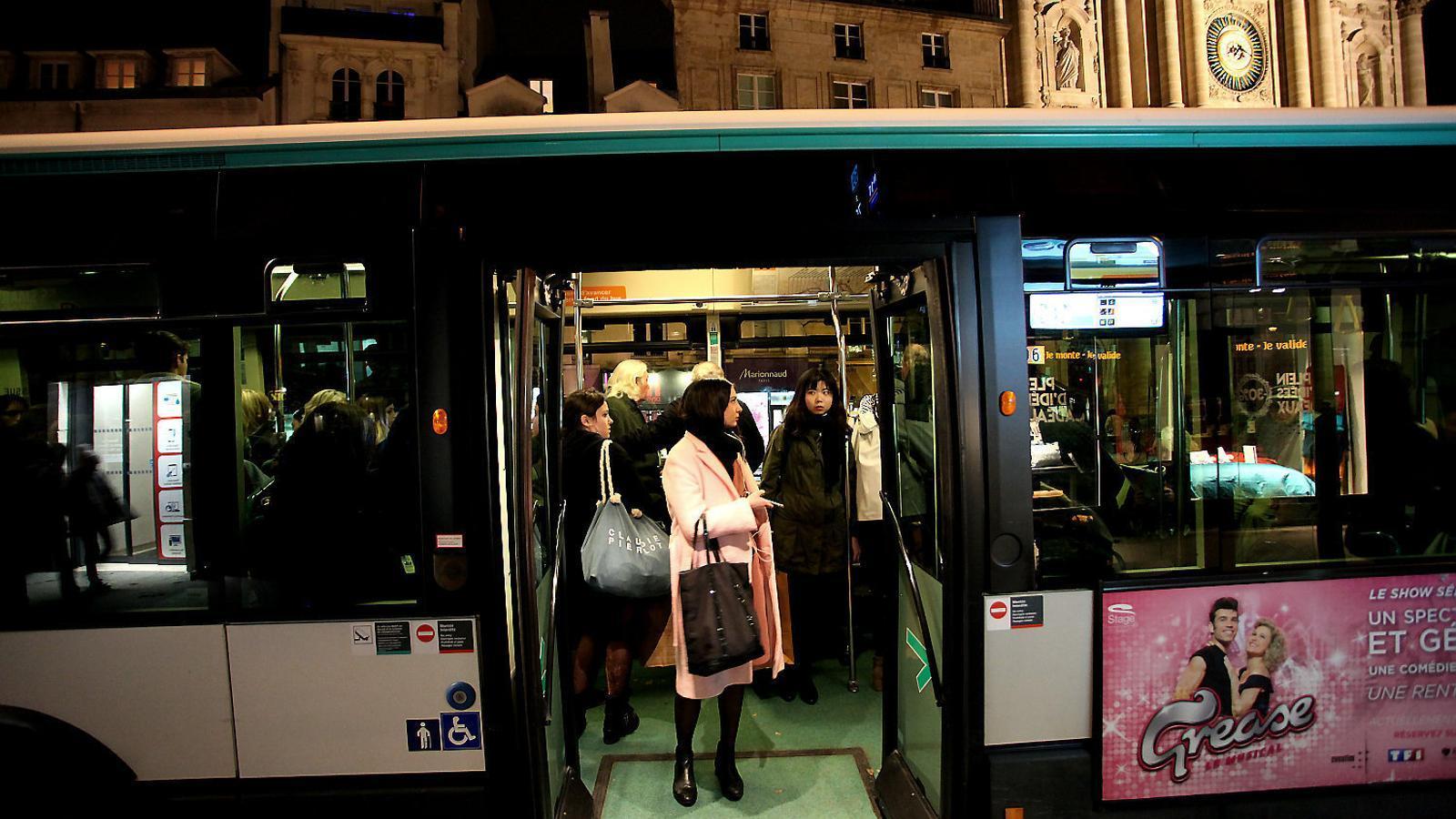 El govern francès vol que els gestos inadequats, els xiulets, les mirades insistents i els comentaris obscens cap a les dones al carrer siguin sancionats. / GIORGOS GEORGIOU / EFE