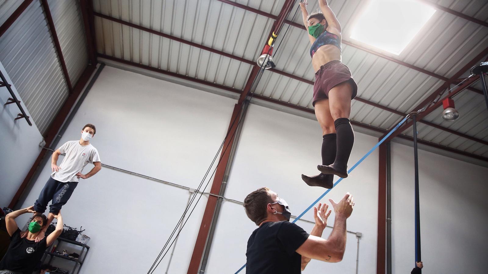 Tombarelles a l'aire amb mascareta: el circ inicia la nova normalitat