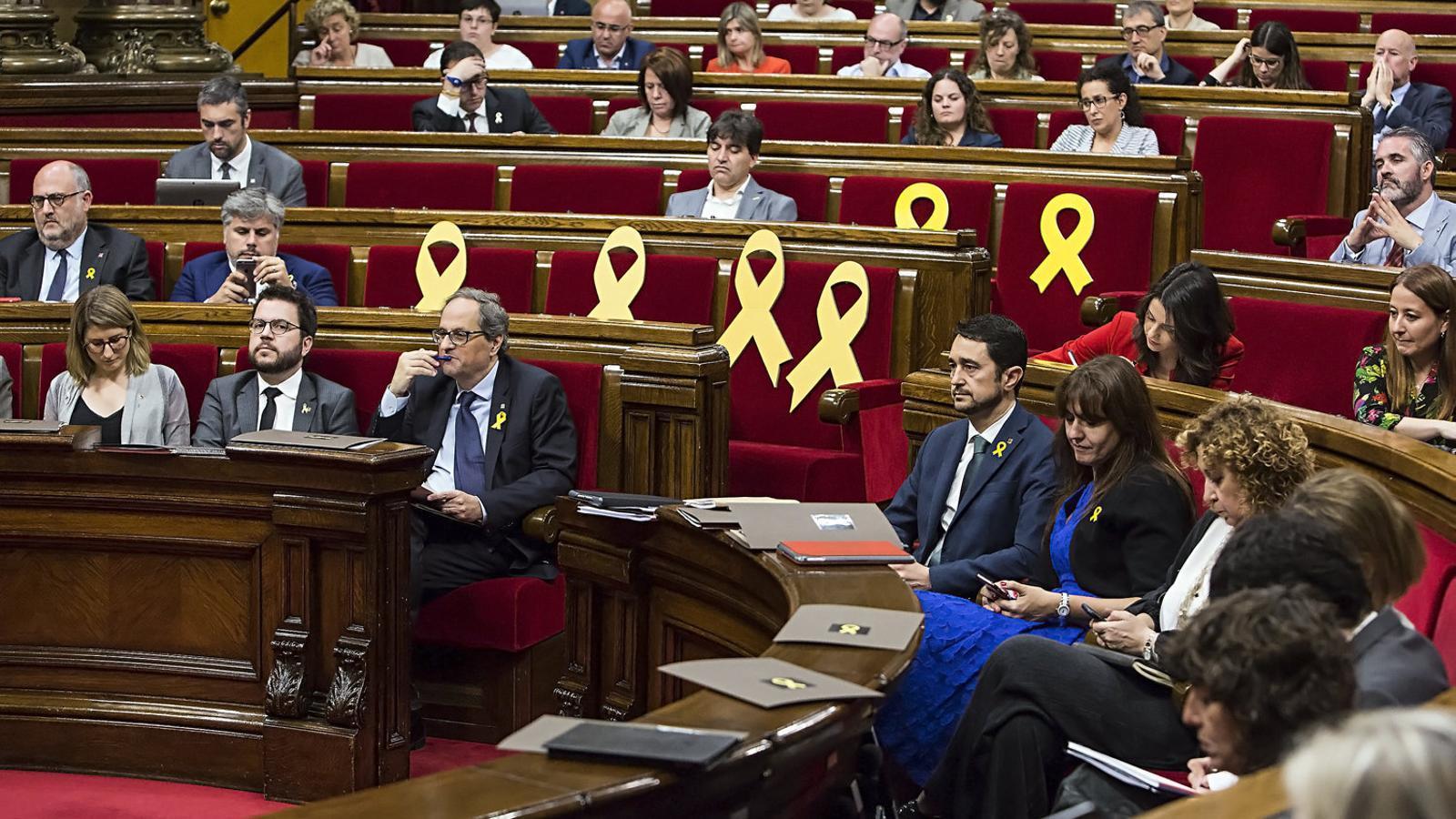 Els diputats de JxCat i ERC al ple del Parlament.