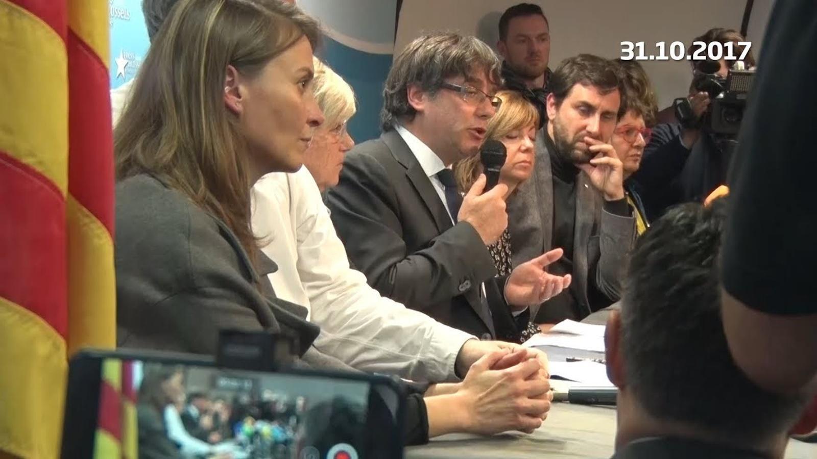 Carles Puigdemont compareix a Brussel·les acompanyat d'alguns consellers