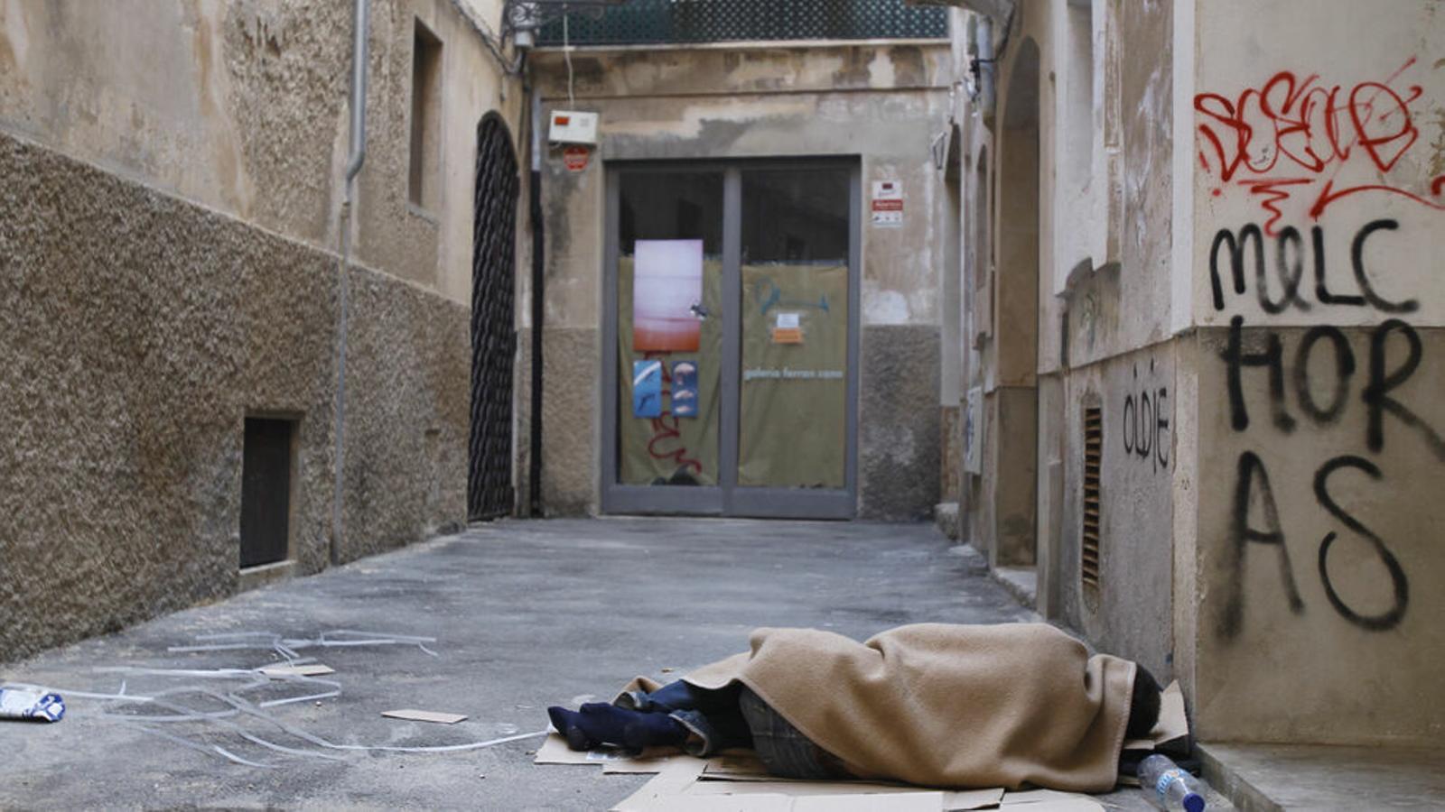 Un sense sostre dorm a un carrer de Palma