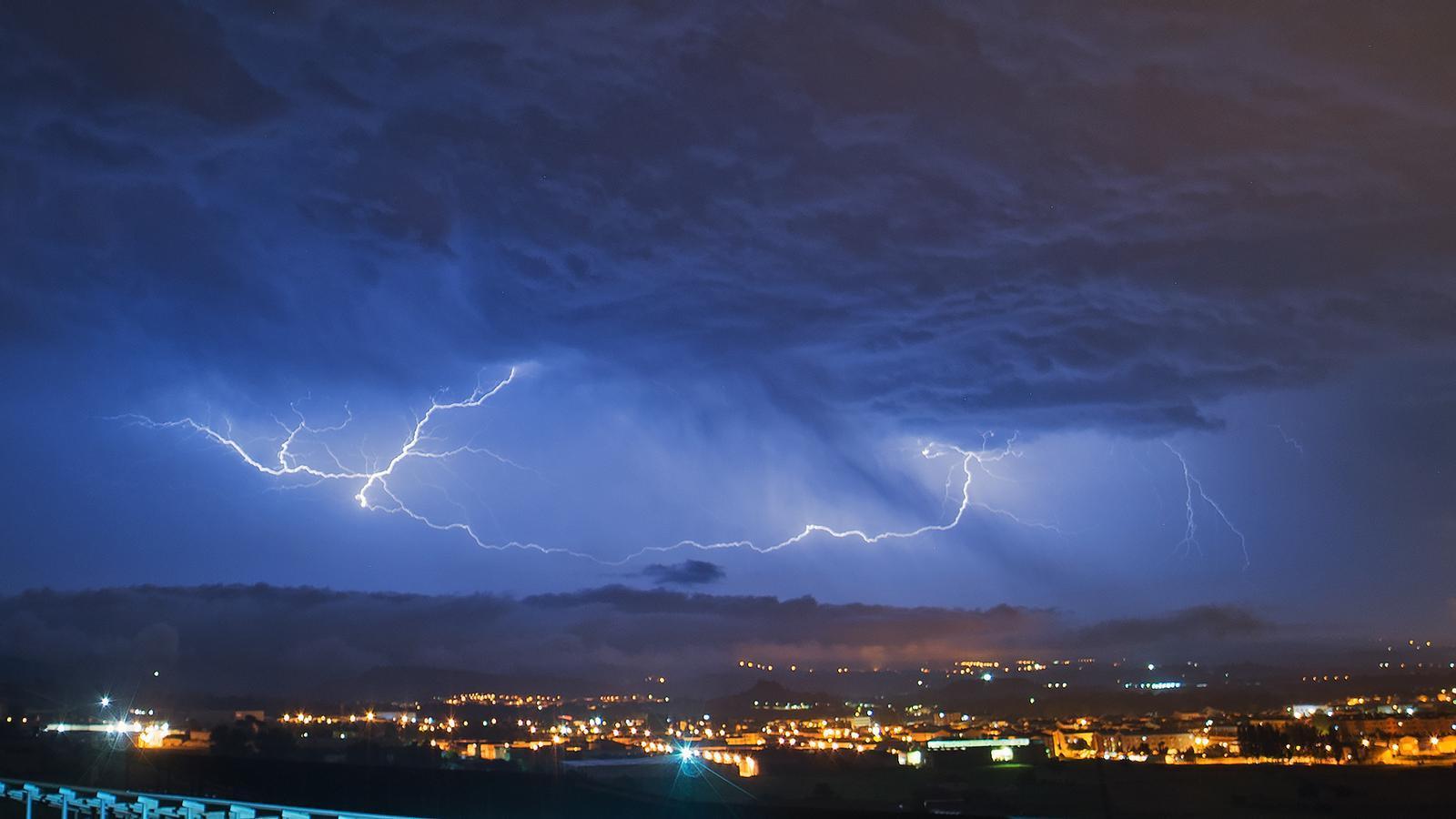 Tempestes, pedregades i un possible esclafit en una tongada de xàfecs que no s'allargarà