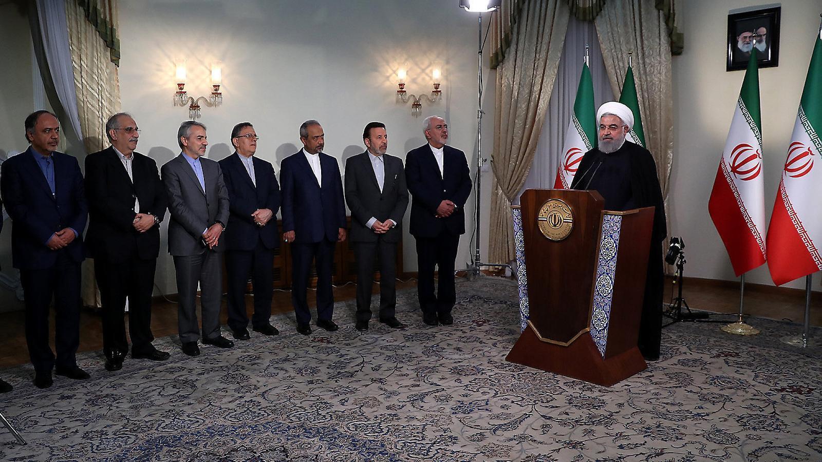 El president iranià, Hassan Rouhani, envoltat pel seu govern, va respondre a Trump en un discurs televisat.