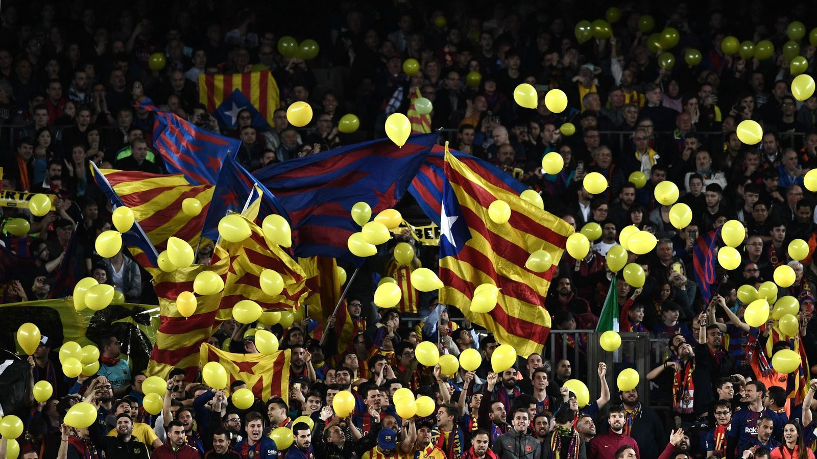 Els globus grocs prenen la grada del Camp Nou