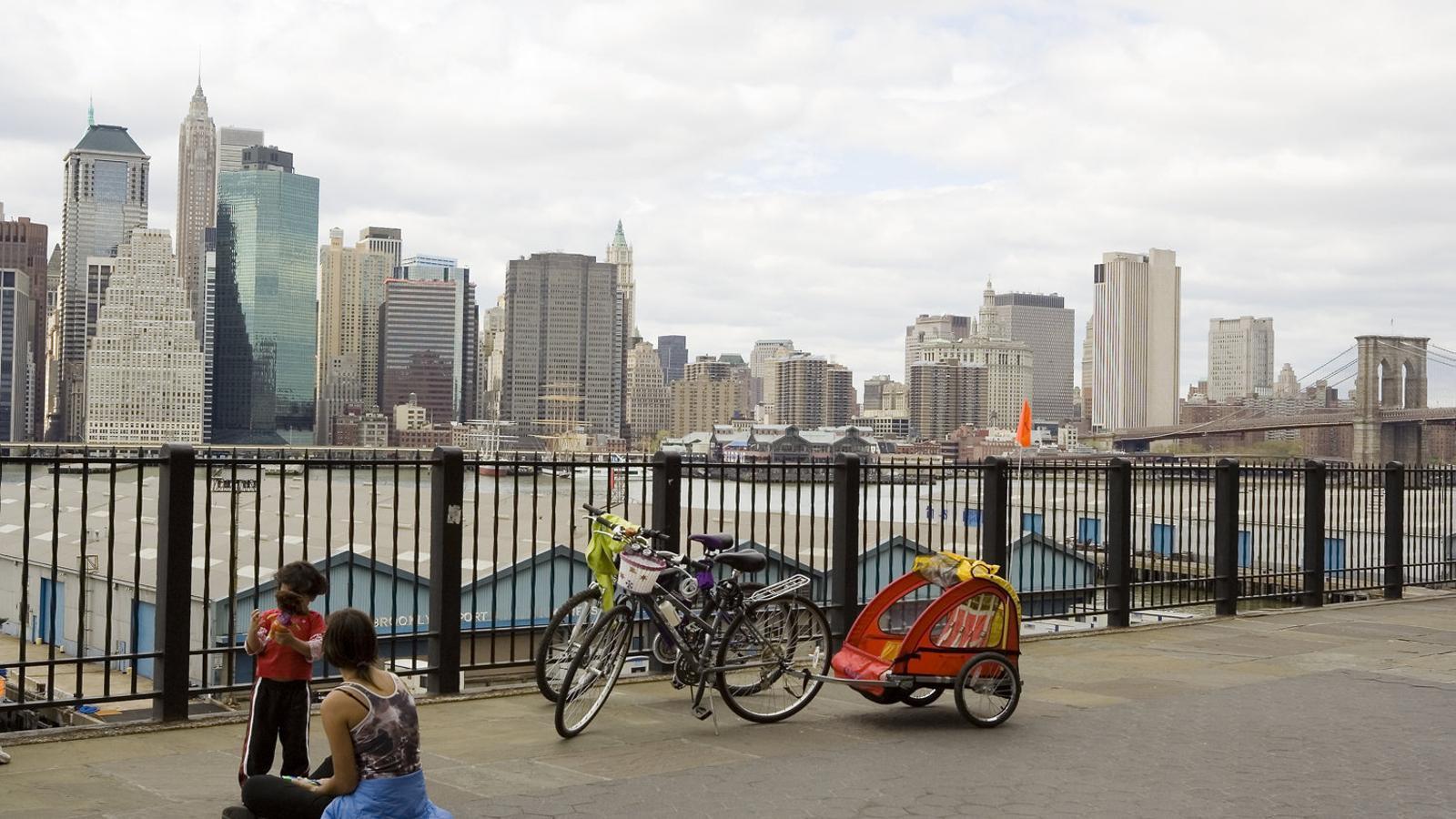 Mare i filla a Nova York amb Manhattan  de fons. La maternitat  no és fàcil  als EUA.