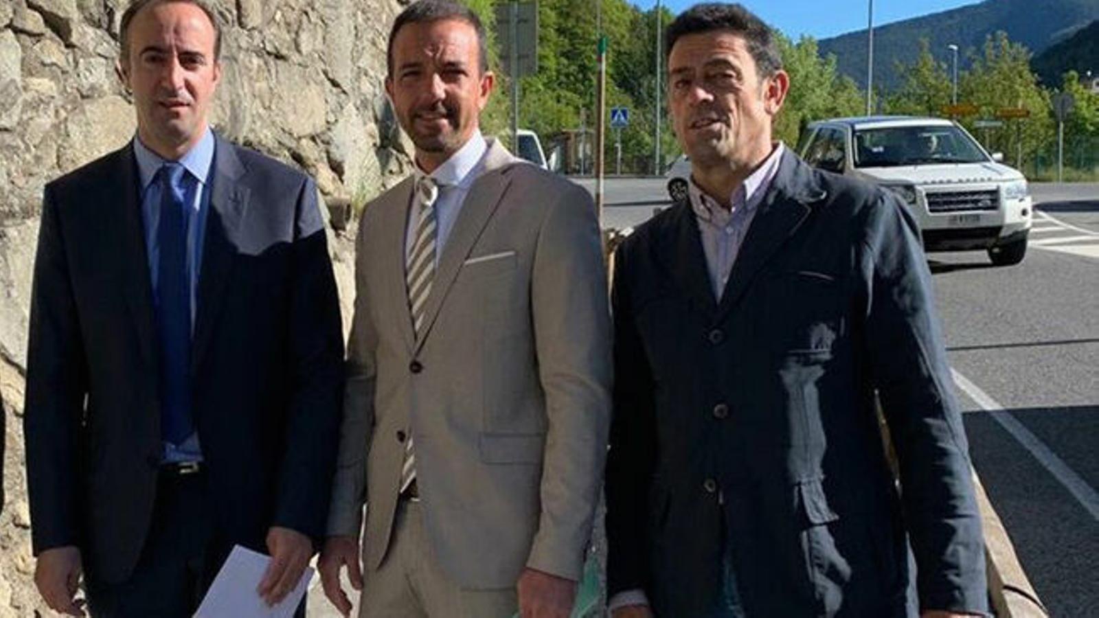 Els cònsols majors de la Massana i Ordino, David Baró i Josep Àngel Mortés, amb el ministre d'Ordenament Territorial, Jordi Torres, en la presentació del carril. / TWITTER MOBILITAT