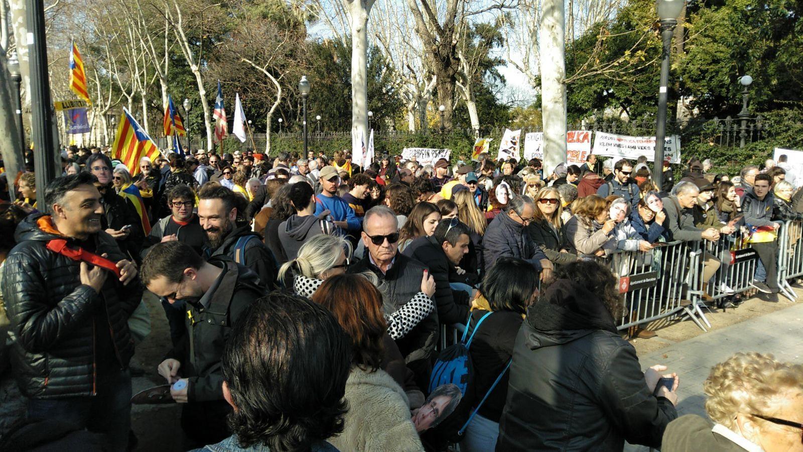 Centenars de persones obren la porta de la Ciutadella i es planten davant el Parlament