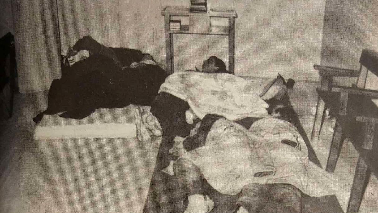 Els turistes dormint en espais públics oberts expressament per l'ocasió. / INFORMACIONS