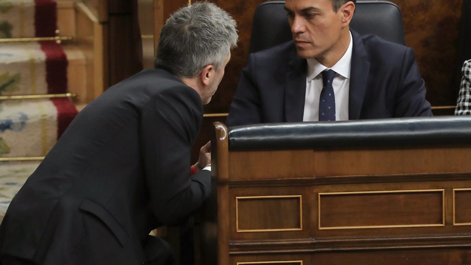 Pedro Sánchez amb el el ministre de l'Interior en funcions, Fernando Grande Marlaska, en una imatge d'arxiu.