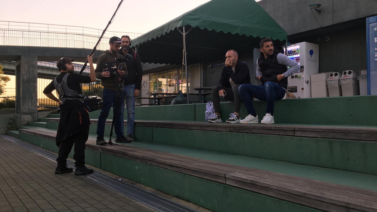 Imatges d'Andrés Iniesta i David Villa, durant el rodatge del documental 'Un héroe inesperado'