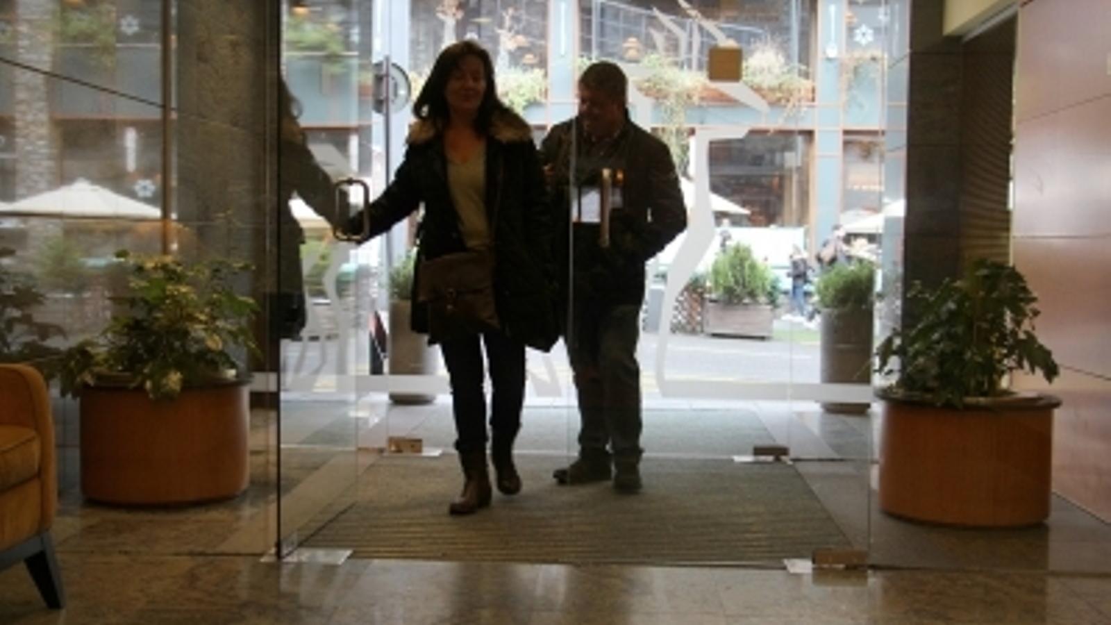 Turistes entrant en un hotel del país