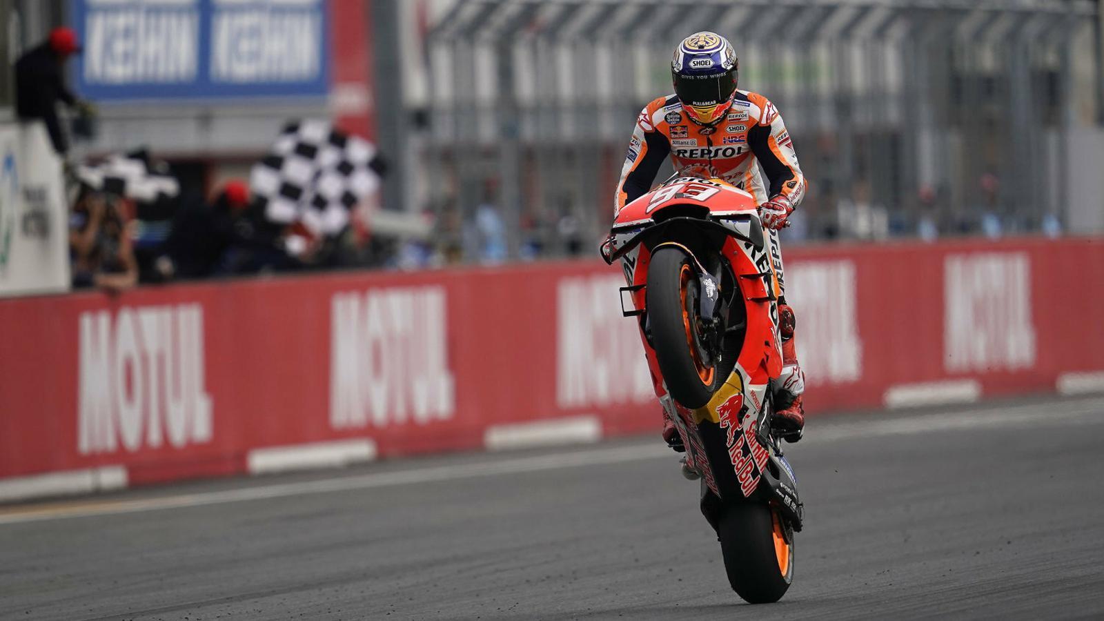 Marc Márquez fa un cavallet per celebrar el triomf a Motegi, el 54è del seu compte particular a MotoGP.