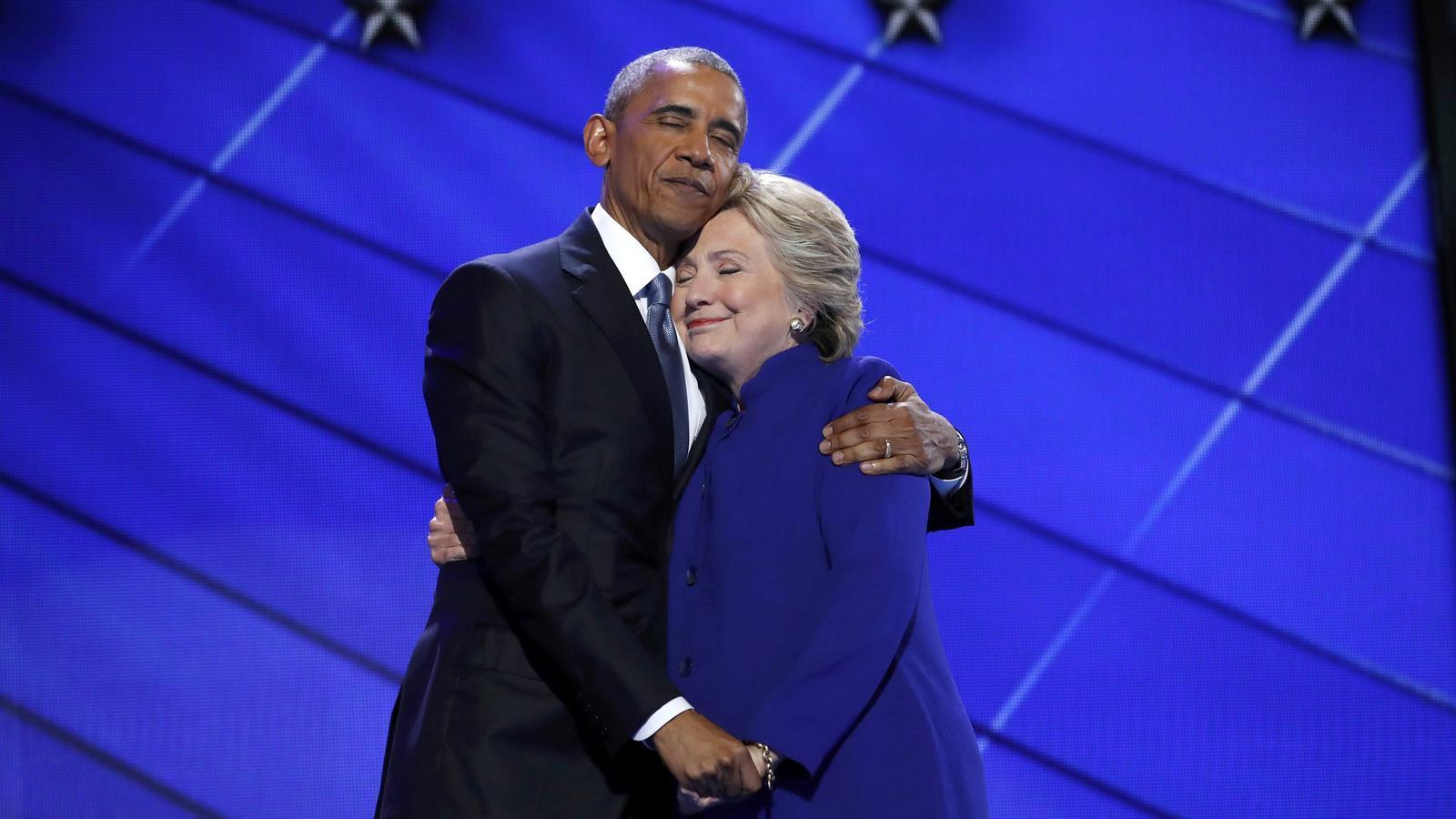 Barack Obama i Hillary Clinton s'abracen després del discurs del president nord-americà a la convenció demòcrata de Filadèlfia