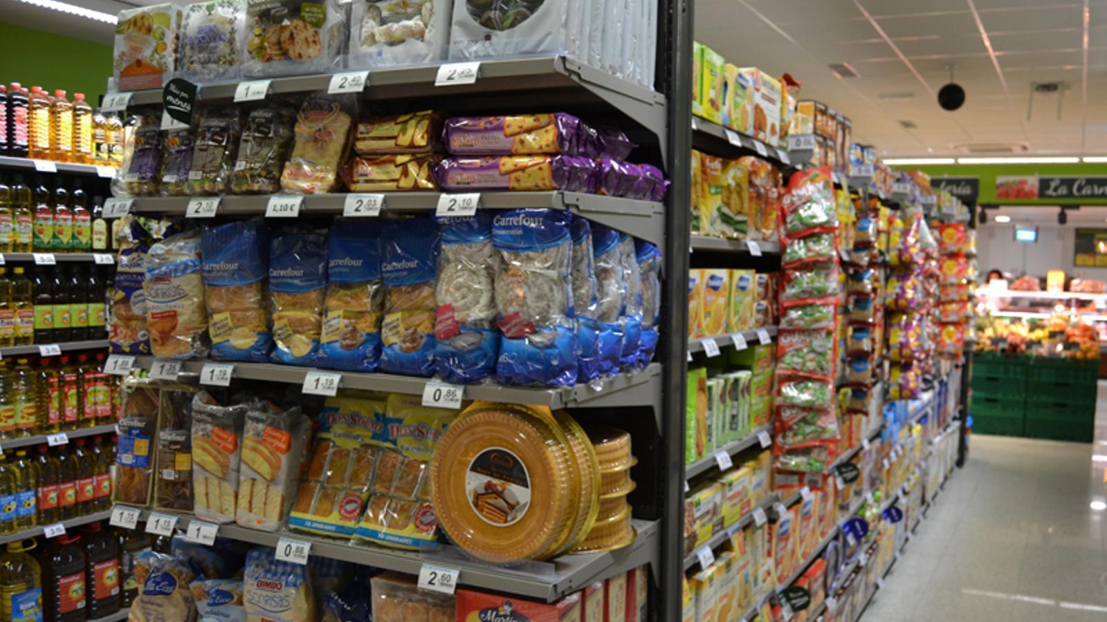 Prestatgeria amb productes Carrefour