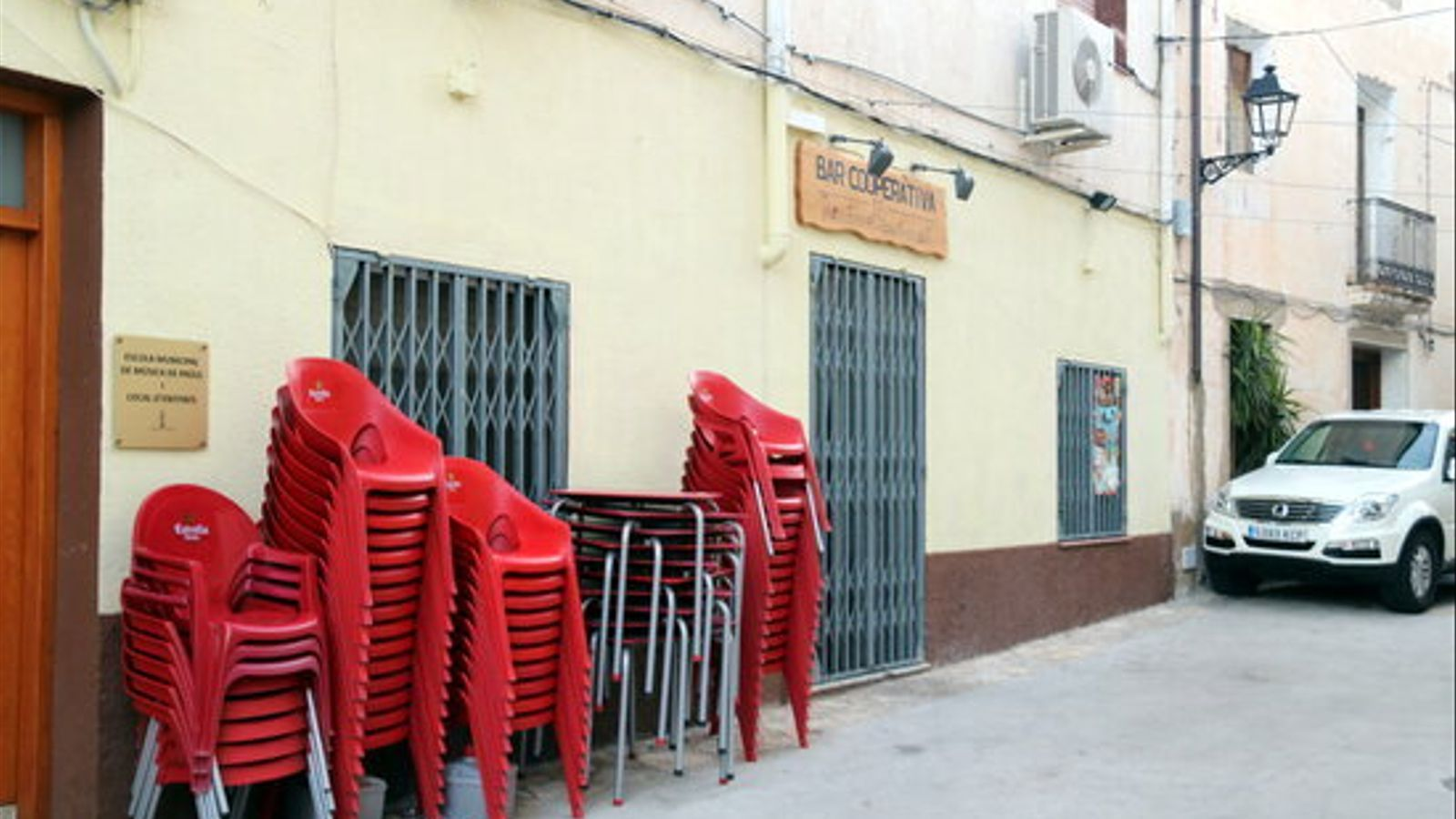 Un dels bars de Paüls tancat pel brot de coronavirus a la localitat