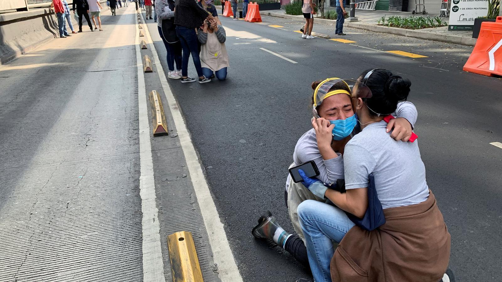 Gent en pànic al mig del carrer a Ciutat de Mèxic, a causa del terratrèmol que ha sacsejat el país