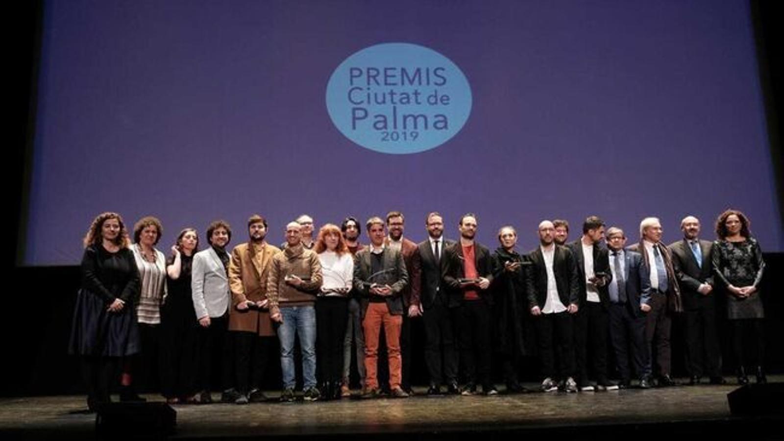 Imatge dels premiats en l'edició del 2019 dels premis Ciutat de Palma amb les autoritats polítiques. / ISAAC BUJ