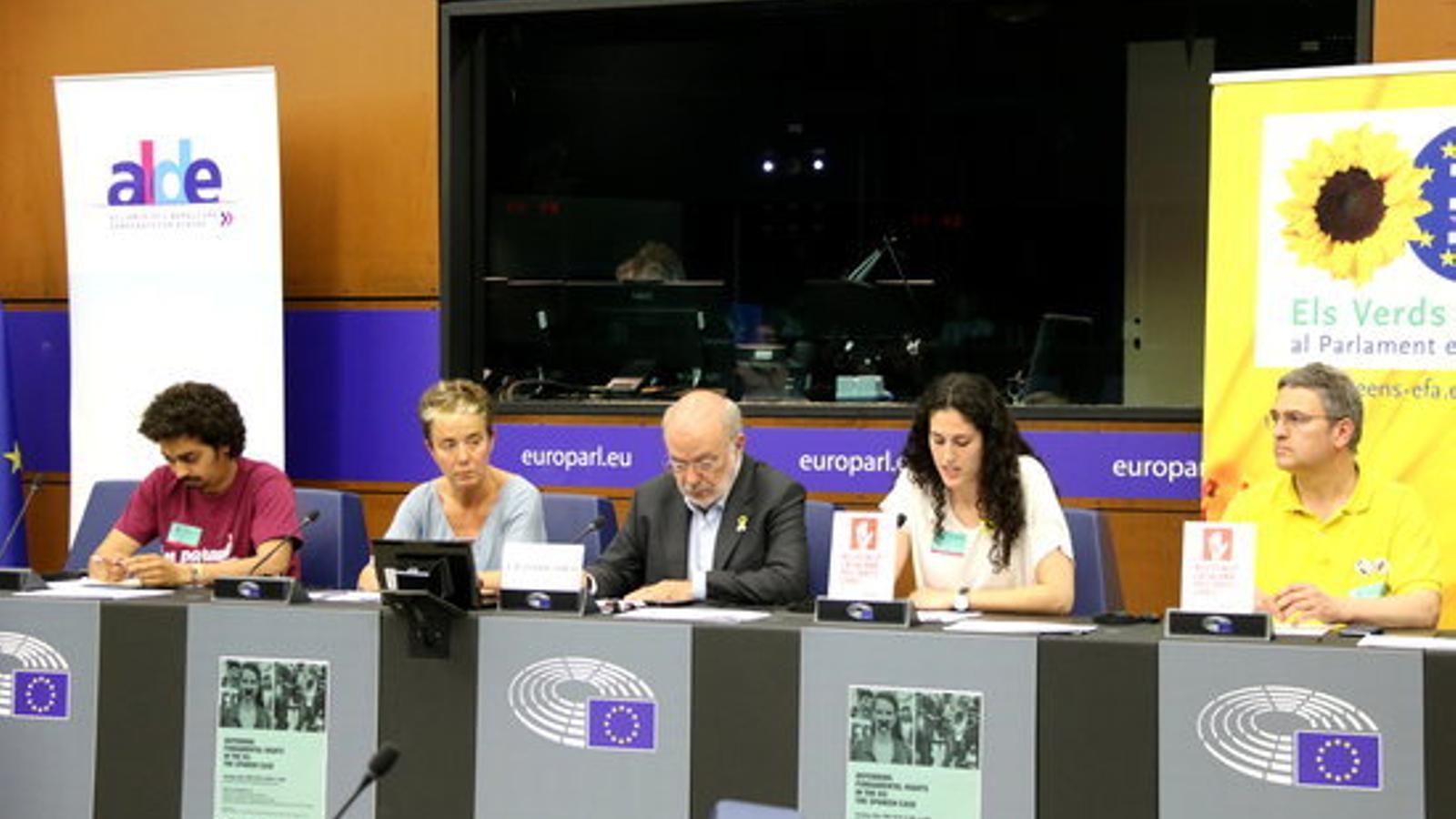 """Familiars dels presos catalans, d'Altsasu i de Valtonyc, davant del Parlament Europeu: """"A Espanya no hi ha democràcia"""""""