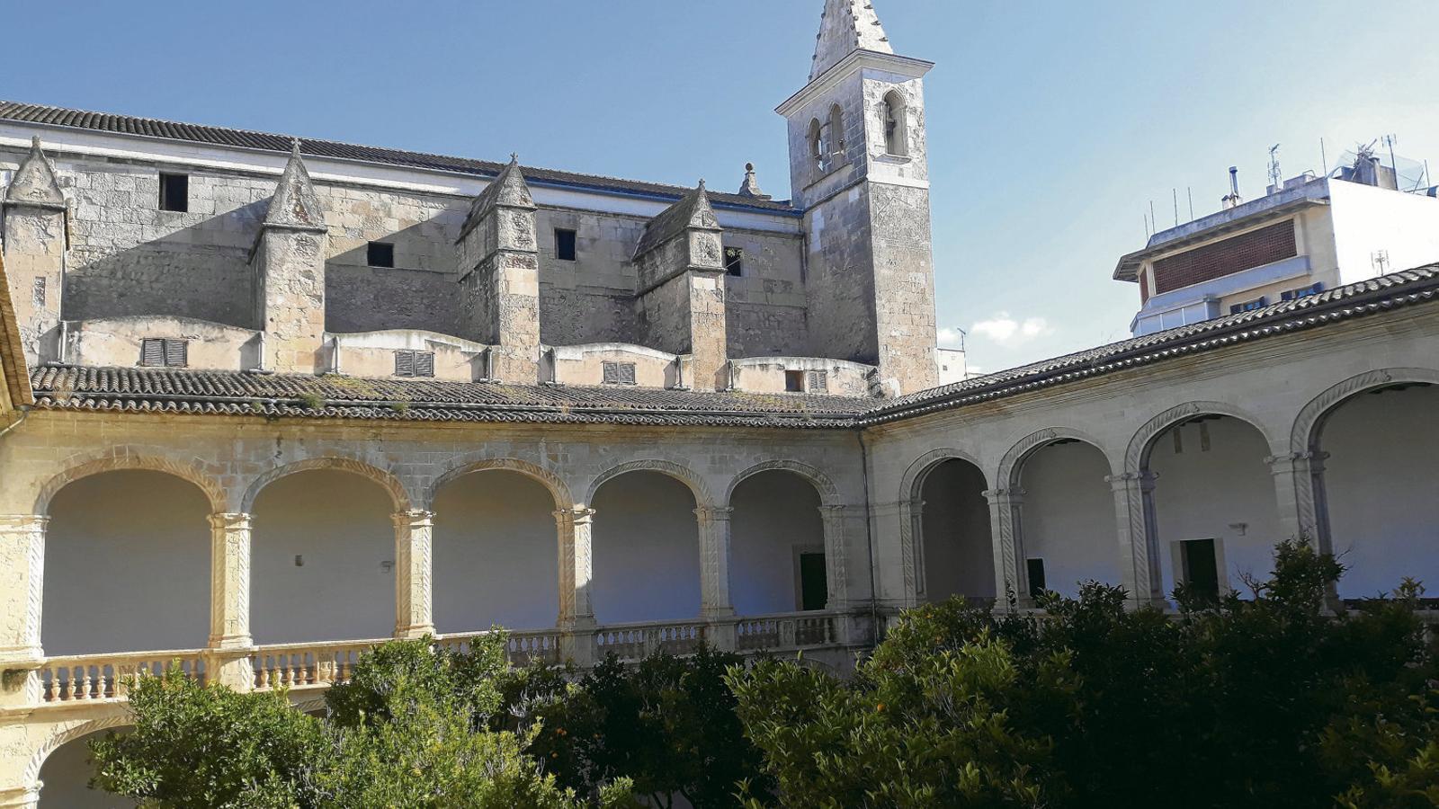 SEGLES D'HISTÒRIA   L'església del convent, aferrada a la clastra; i vista interior del temple i del pati, el qual a finals del segle XIX es va emprar com a espai educatiu per als joves del municipi.
