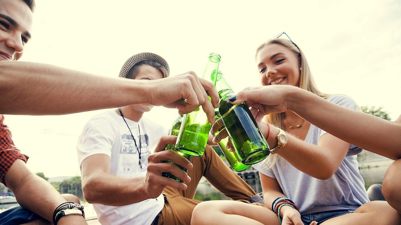 Per què tants joves beuen  de manera compulsiva?