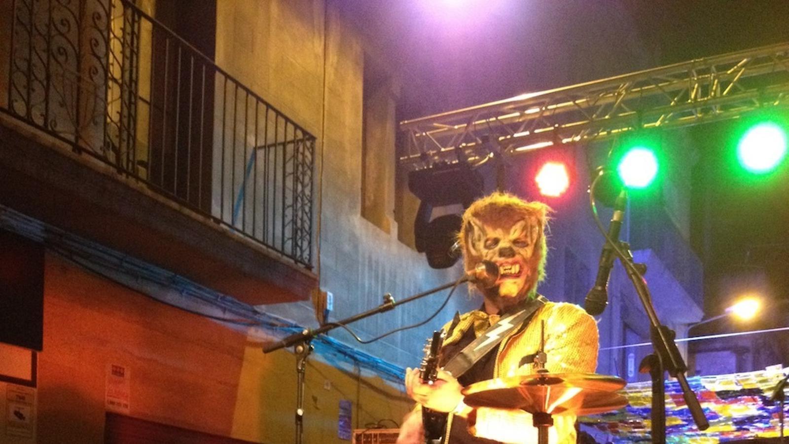 Hombre Lobo Internacional en una actuació al carrer Perla