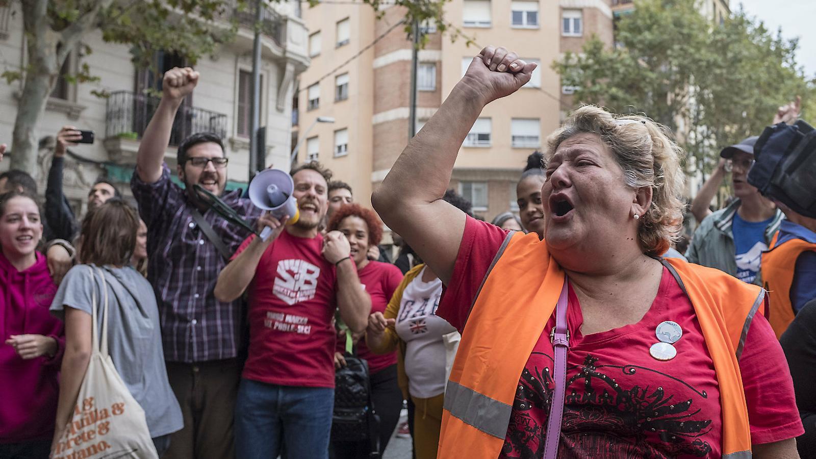 Les famílies amenaçades per desnonament a l'anomenat Bloc Llavors de Barcelona en una mobilització recent.