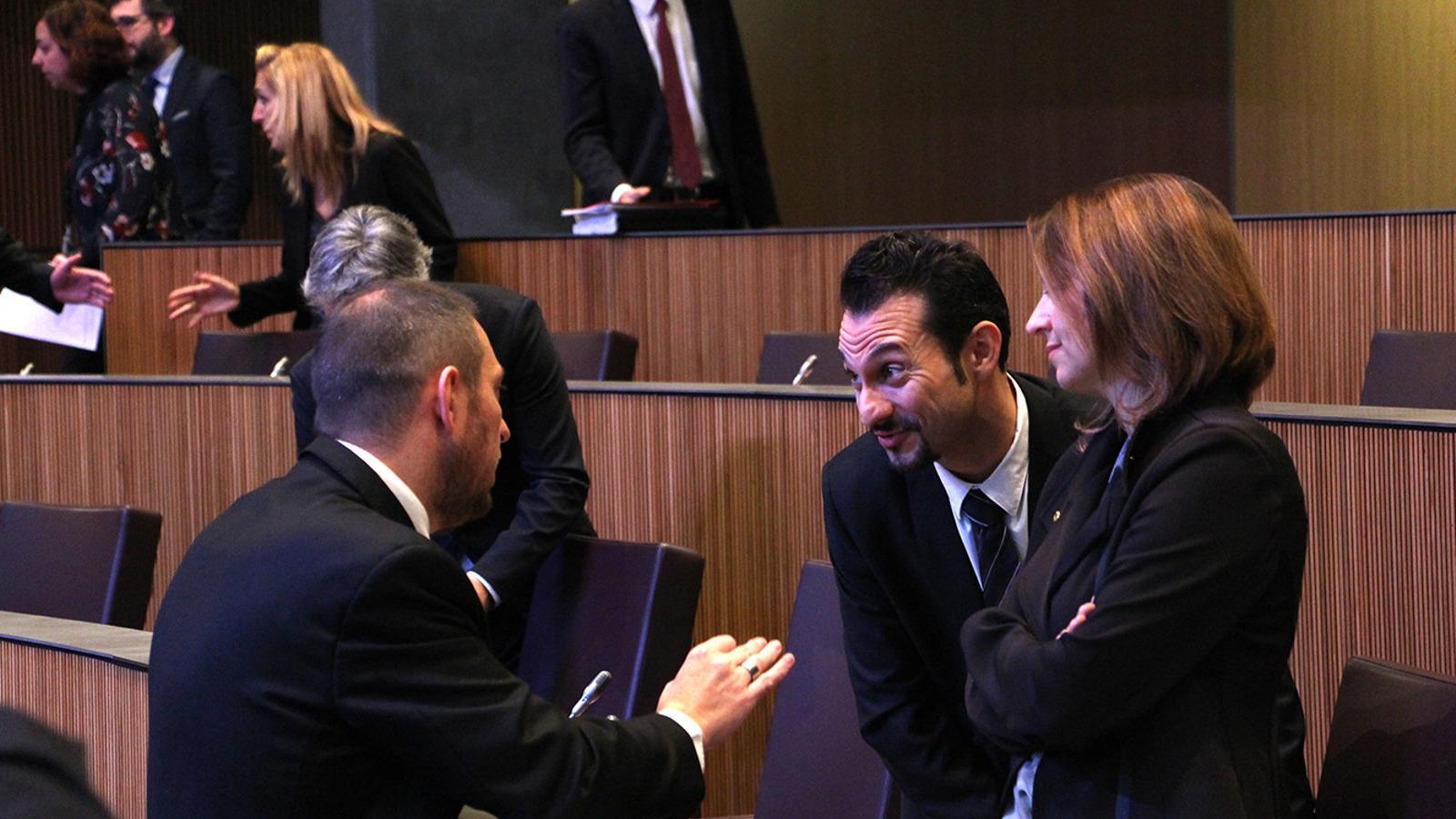 El conseller demòcrata Josep Anton Bardina conversa amb els consellers socialdemòcrates Rosa Gili i Gerard Alís. / M. M. (ANA)